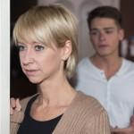 Als Moritz (Marvin Linke) Ute (Isabel Hertel) den neuen Schlüssel für die Wohnung überreicht, zögert Ute, ob sie der räumlichen Konfrontation mit Hennings Betrug schon wieder gewachsen ist. (Quelle: RTL / Stefan Behrens)