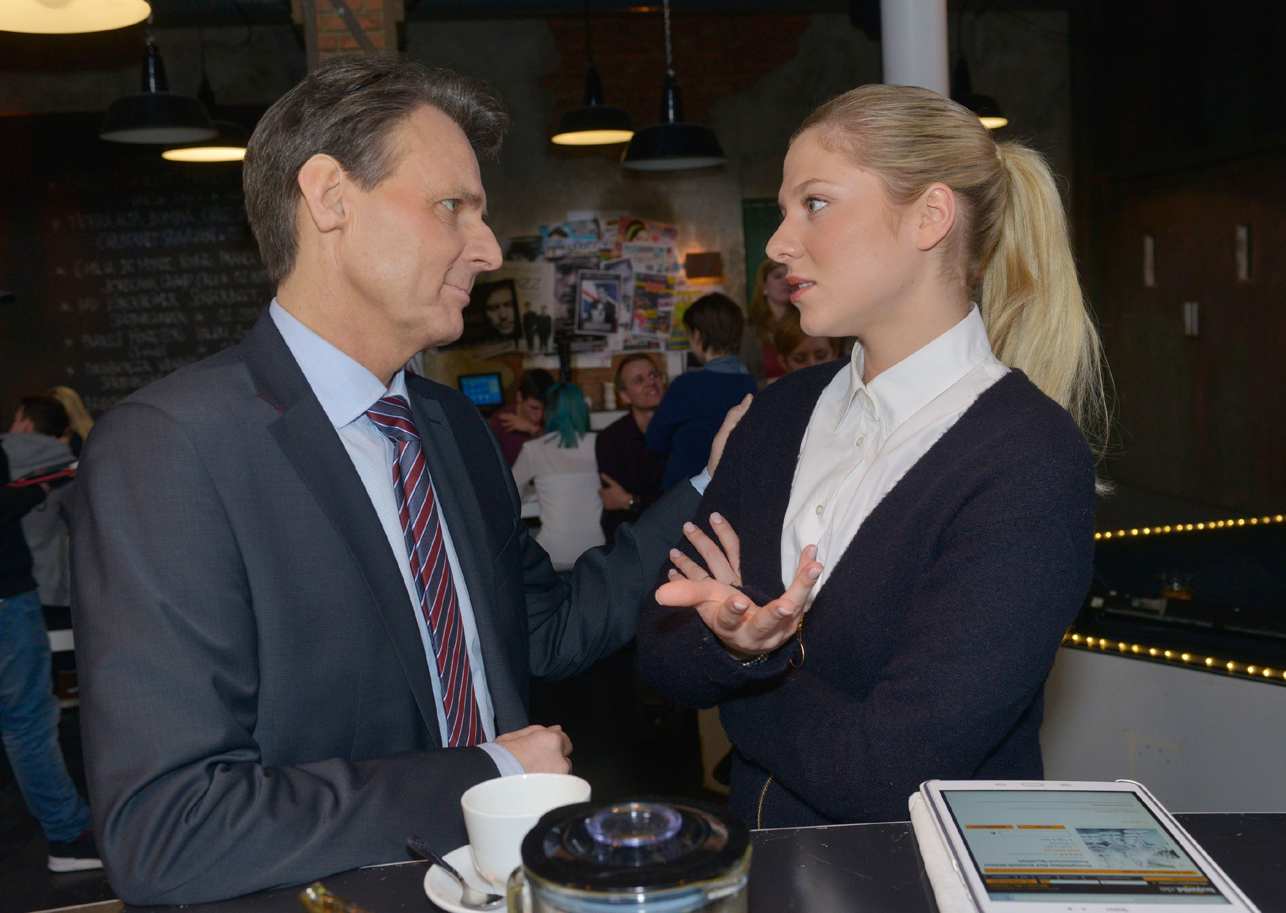 Um Vince zu helfen, bittet Sunny (Valentina Pahde) sogar Gerner (Wolfgang Bahro) um Hilfe. (Quelle: RTL / Rolf Baumgartner)