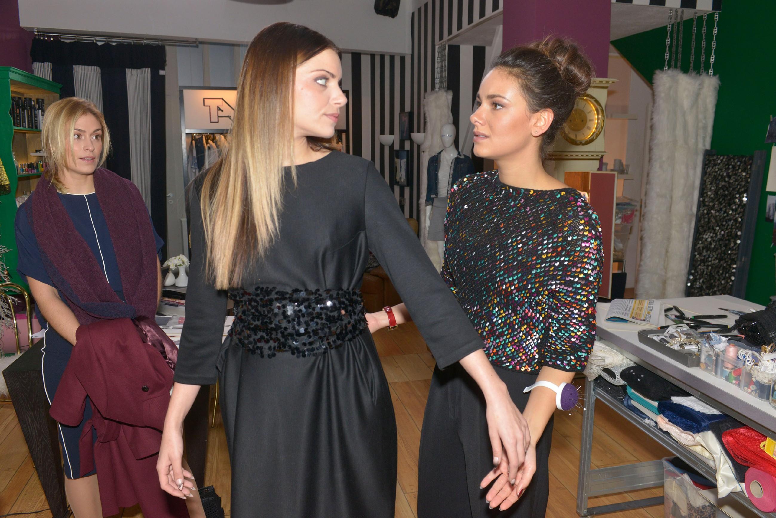 Jasmin (Janina Uhse, r.) will die Präsentation professionell hinter sich bringen und gibt sich vor Sophie (Lea Marlen Woitack, l.) und Emily (Anne Menden) tapfer. (Quelle: RTL / Rolf Baumgartner)