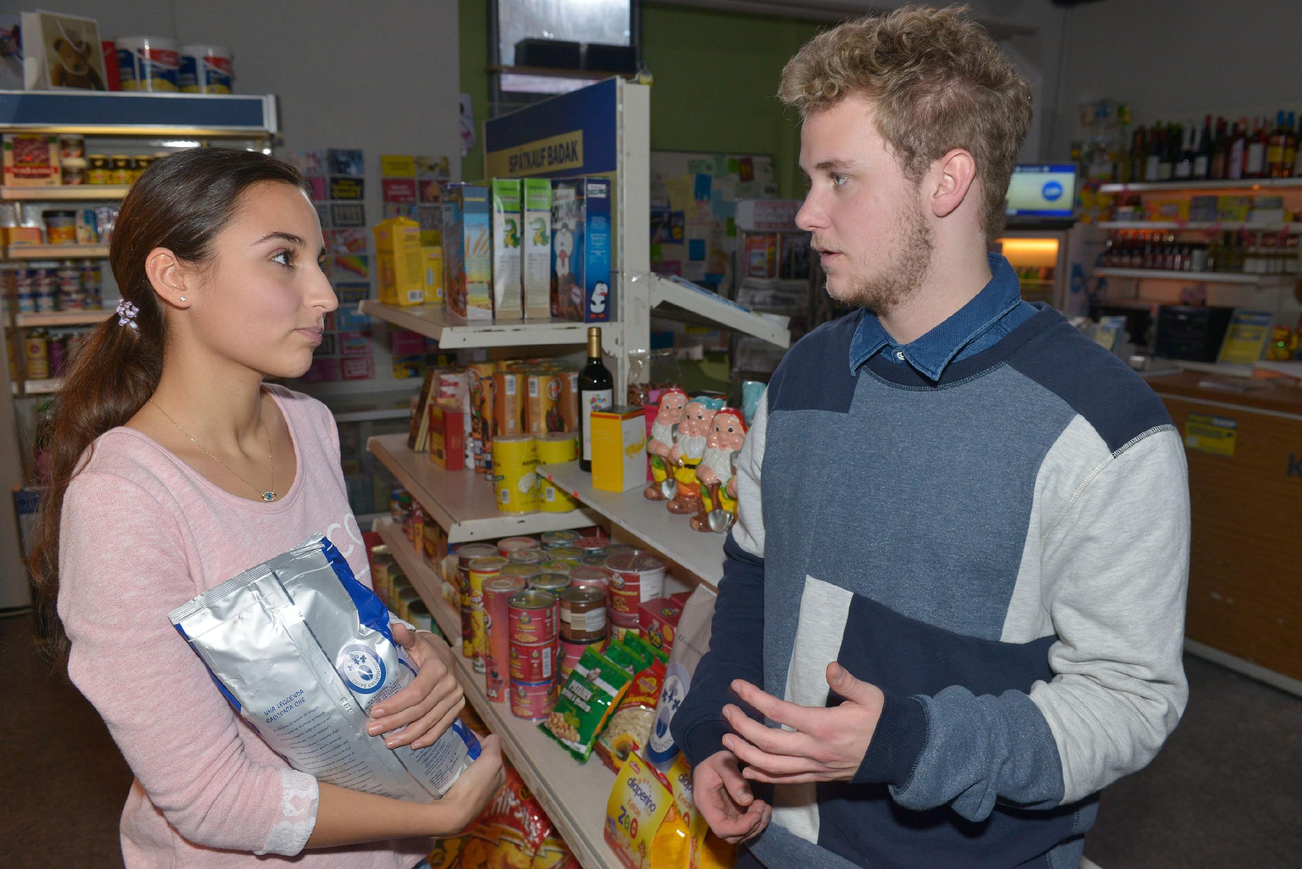 Als Selma (Rona Özkan) nach weiteren Eigentoren zum Gespött der Schule wird, tut es gut, als Jonas (Felix van Deventer) ihr wieder Mitgefühl entgegenbringt. (Quelle: RTL / Rolf Baumgartner)