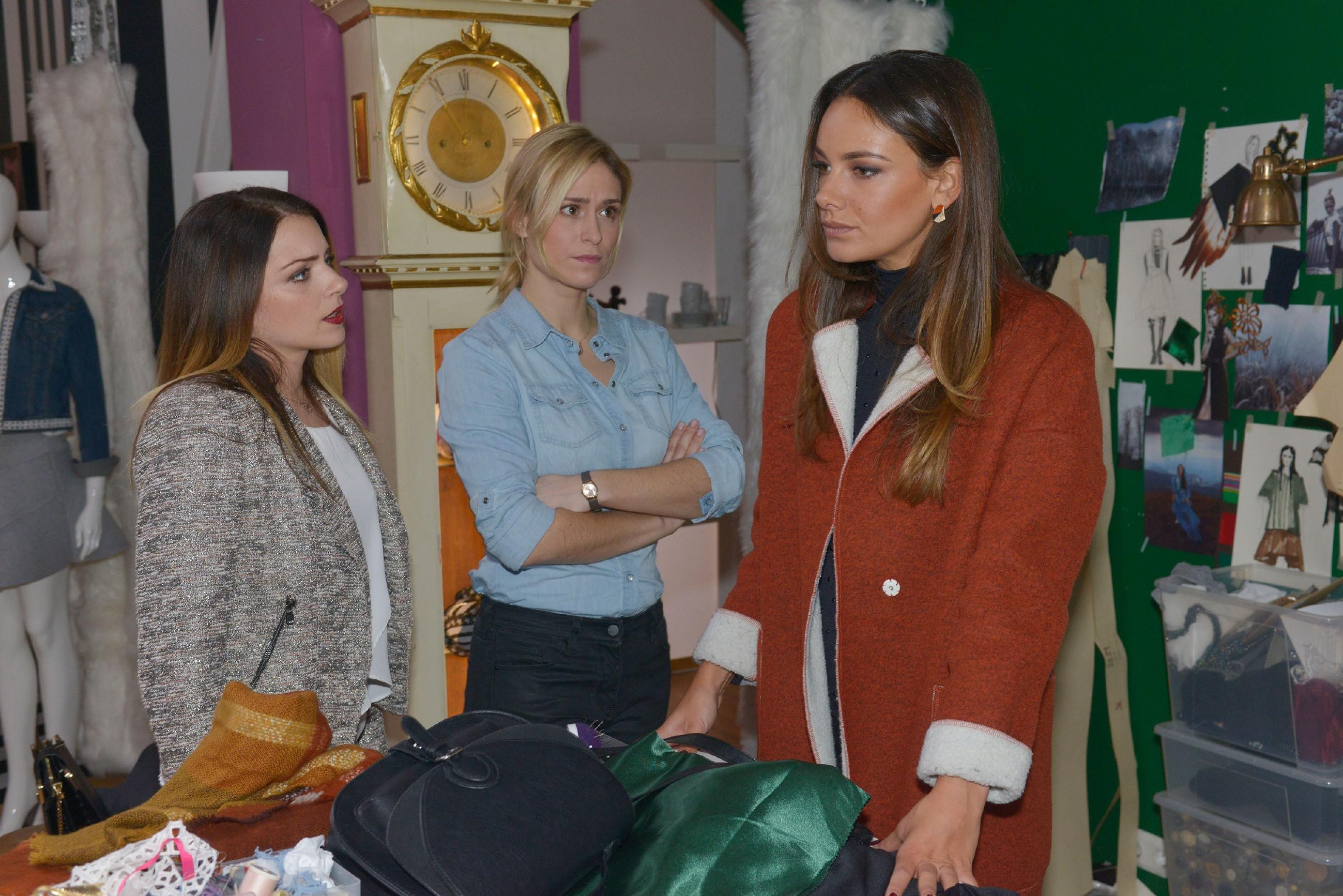 Sophie (Lea Marlen Woitack, M.) zweifelt an der Zukunft von Tussi Attack, denn Jasmin (Janina Uhse, r.) kann sich nicht überwinden, Emily (Anne Menden) zu verzeihen. (Quelle: RTL / Rolf Baumgartner)