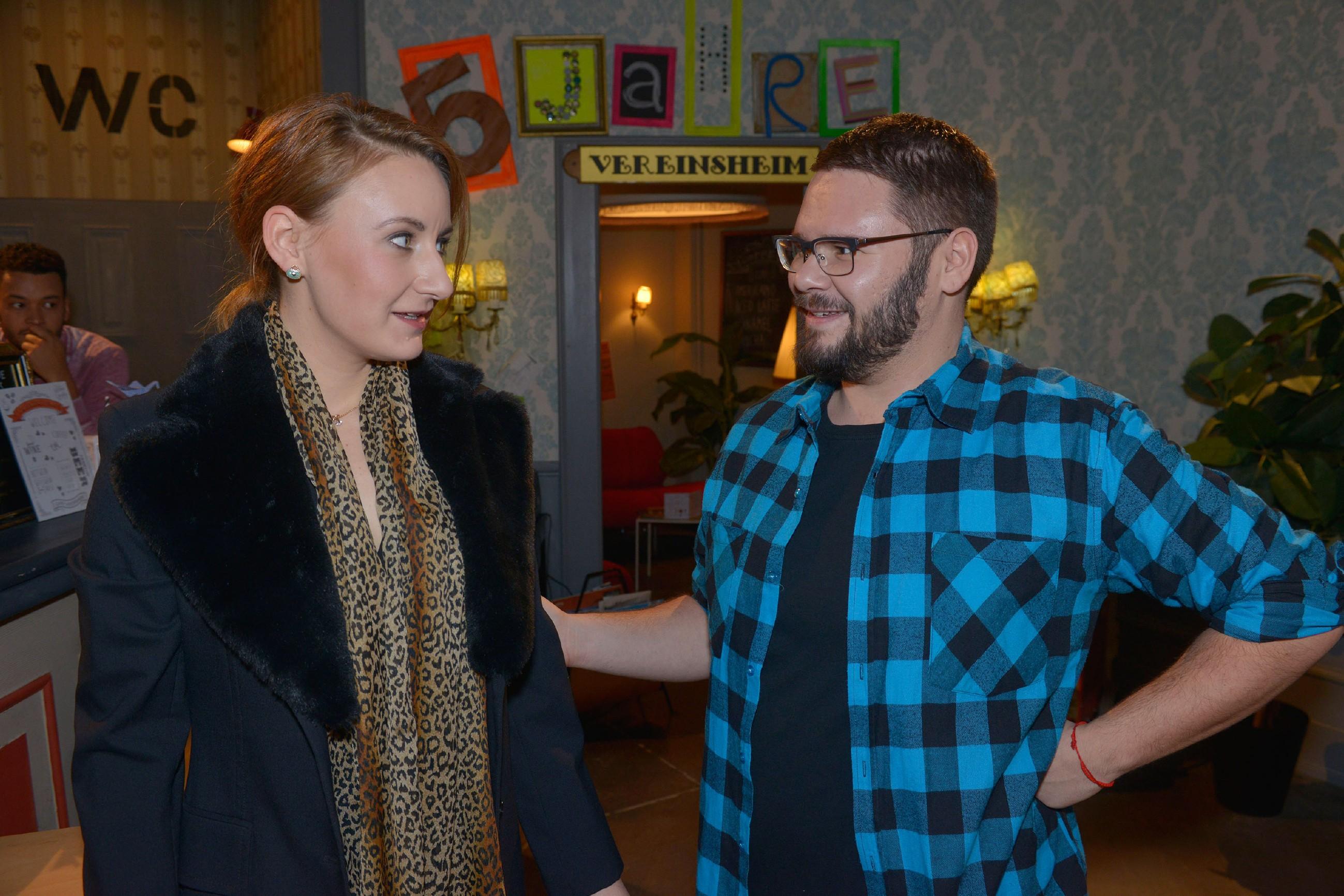 Lotta (Luise Schubert) möchte nicht, dass Tuner (Thomas Drechsel) sie zu der Ultraschalluntersuchung begleitet. (RTL / Rolf Baumgartner)