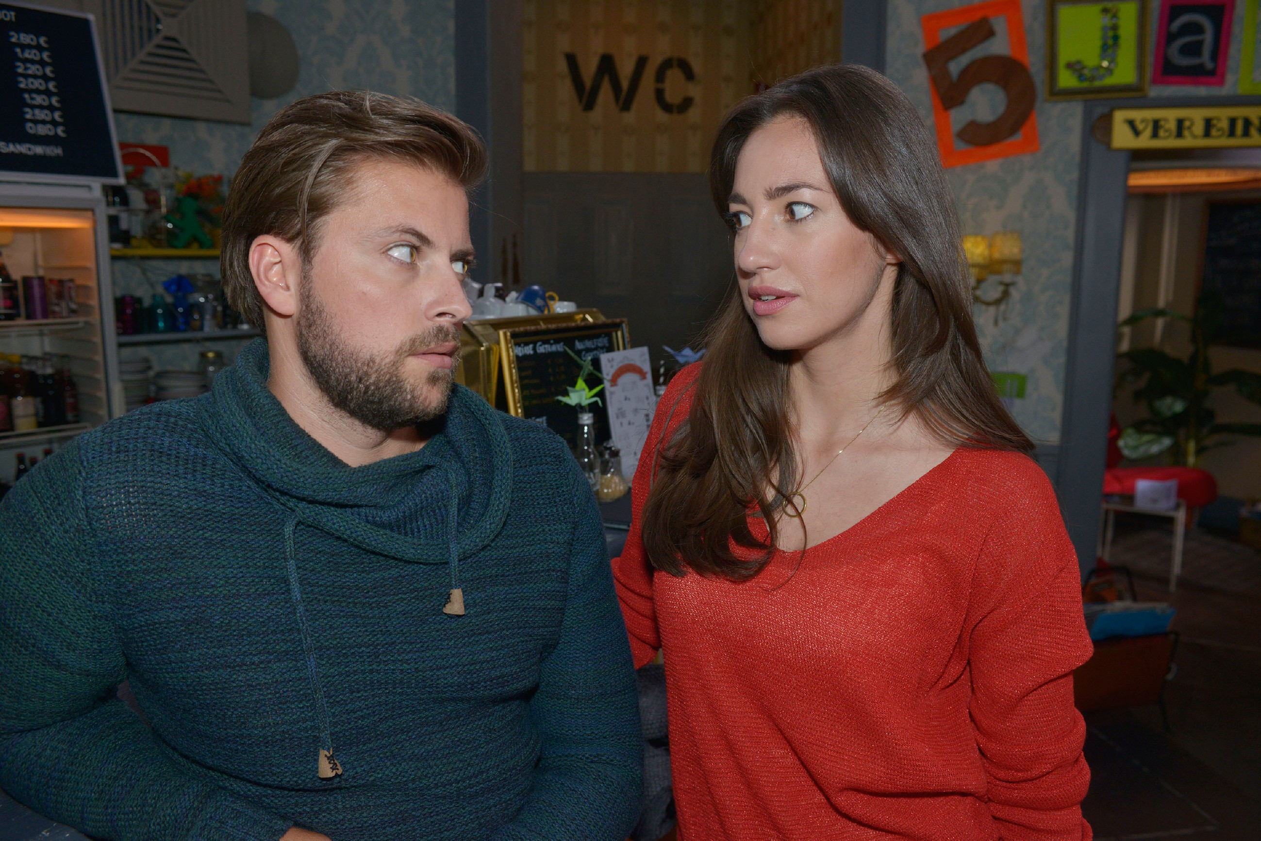 Elena (Elena Garcia Gerlach) erzählt John (Felix von Jascheroff), dass sie Lotta nicht traut. (RTL / Rolf Baumgartner)