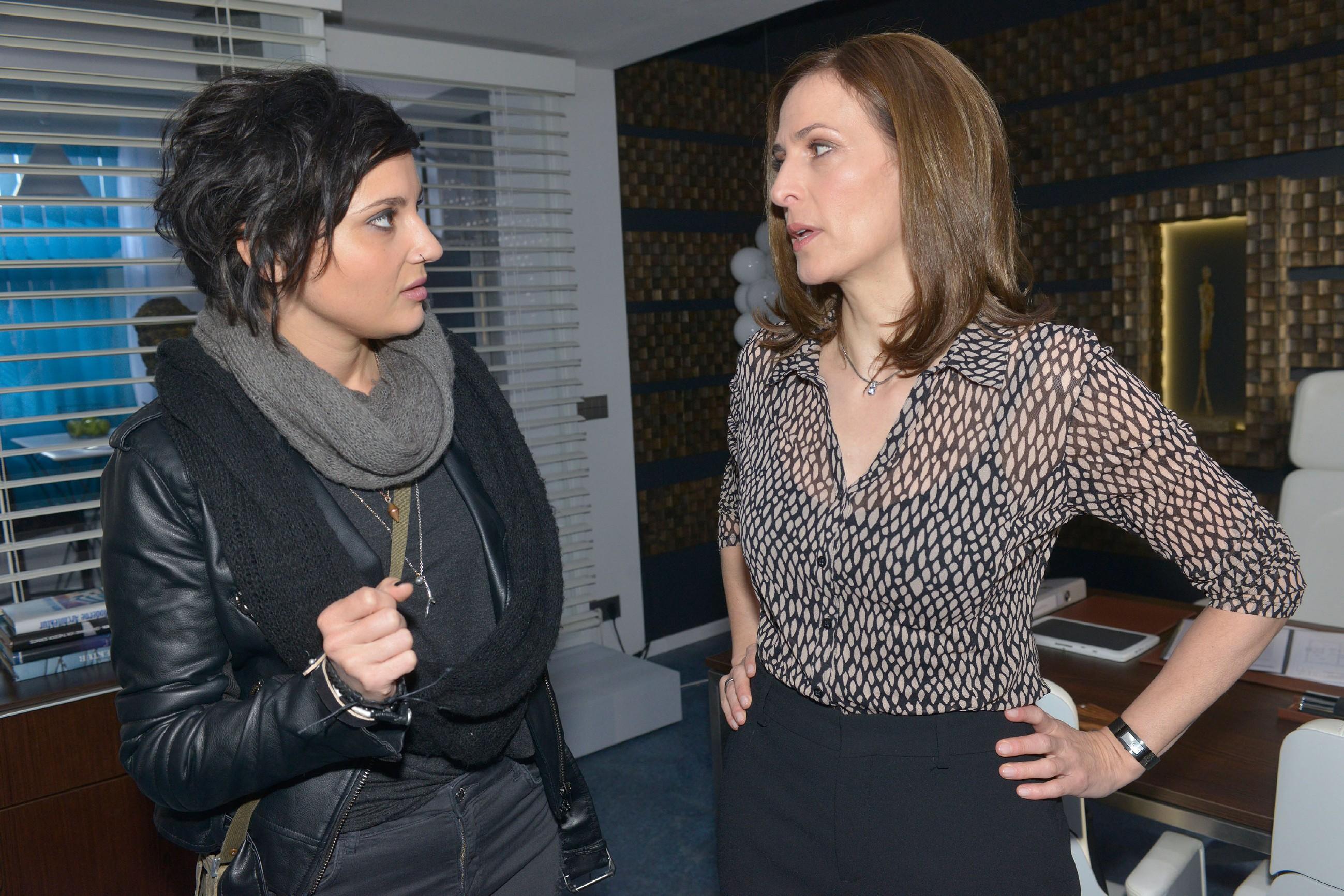 Aus Sorge um Jasmin versuchen Anni (Linda Marlen Runge, l.) und Katrin (Ulrike Frank) ihre Spannungen auszublenden. (RTL / Rolf Baumgartner)