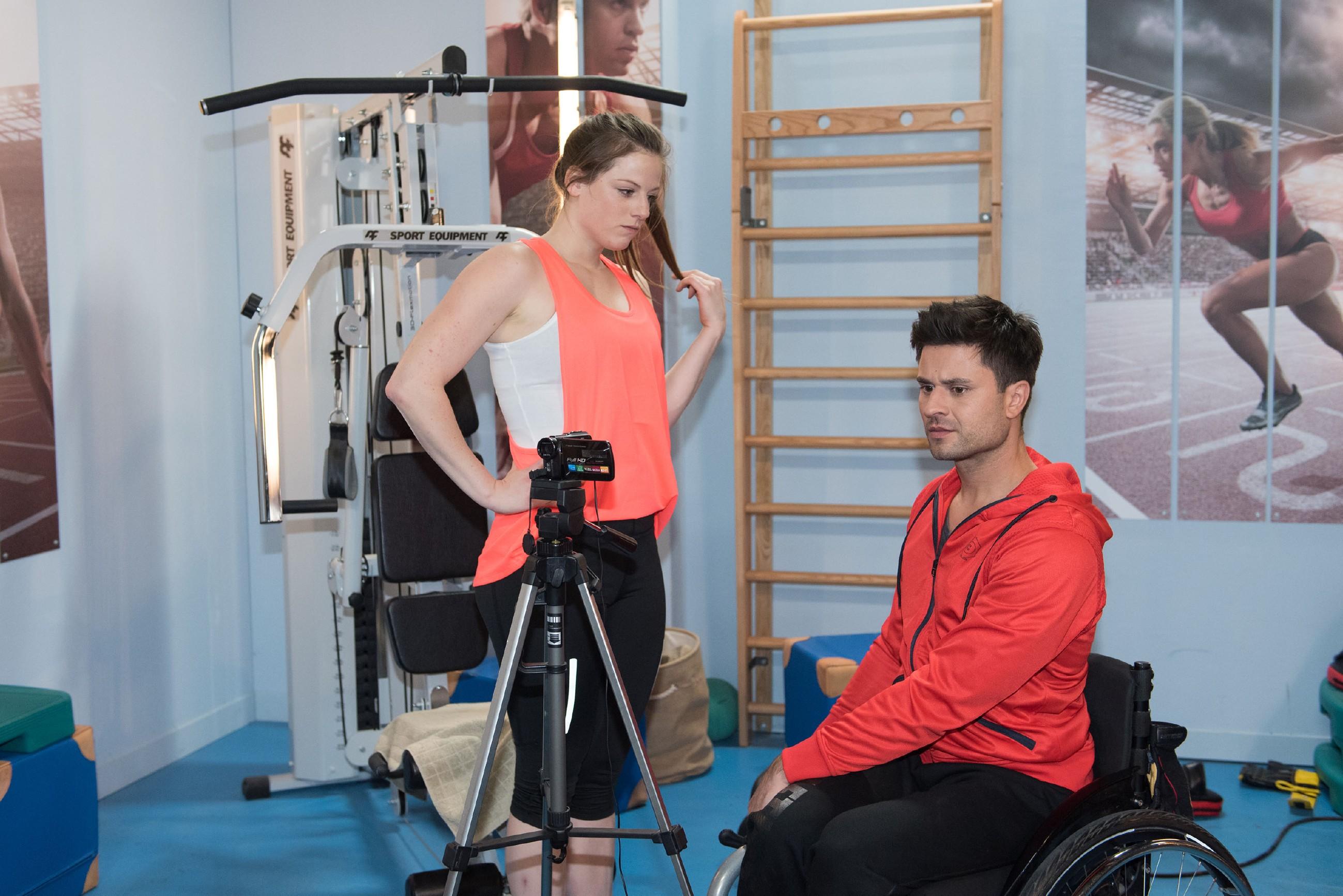 Um sich an sein Versprechen zu halten, schlägt Paco (Milos Vukovic) schweren Herzens ein Date mit Elli (Nora Koppen) aus. (Quelle: RTL / Stefan Behrens)