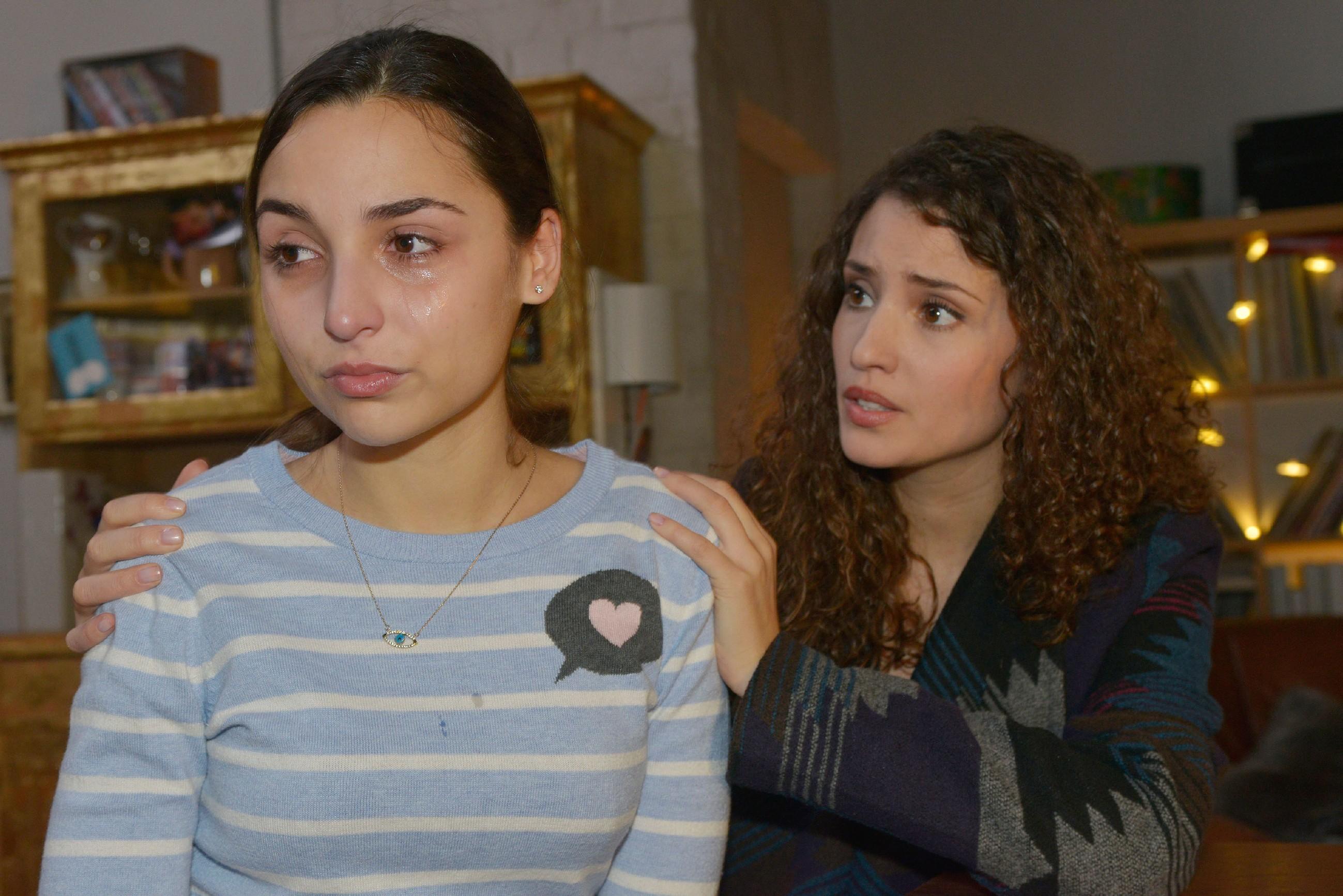 Selma (Rona Özkan, l.) zieht alle Register und drückt auf die Tränendrüse, um Ayla (Nadine Menz) weichzuklopfen. (Quelle: RTL / Rolf Baumgartner)