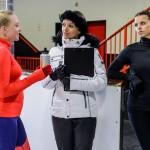 Dass Marie (Judith Neumann, l.) im Training immer besser wird, fällt sowohl Jenny (Kaja Schmidt-Tychsen, M.) als auch Michelle (Franziska Benz) auf. Während Jenny sich freut, kann Michelle ihre Missgunst nur schwer verstecken. (Quelle: RTL / Willi Weber)