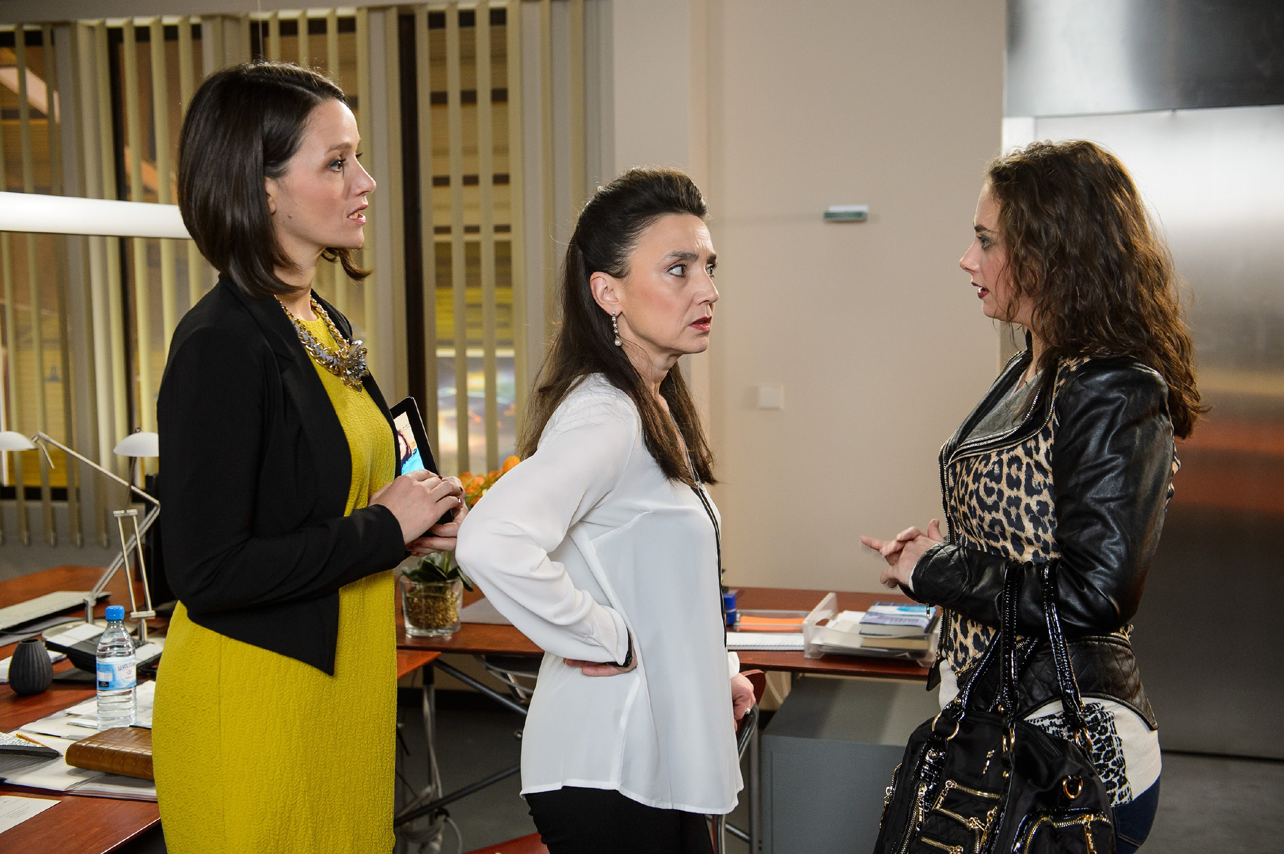 Simone (Tatjana Clasing, M.) weist Carmen (Heike Warmuth, r.) vor Jennys (Kaja Schmidt-Tychsen) Augen in ihre Schranken. (Quelle: RTL / Willi Weber)