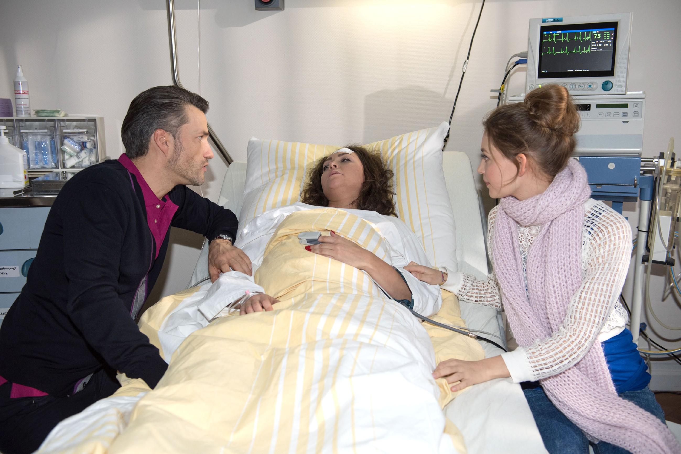 Malte (Stefan Bockelmann) und Jule (Amrei Haardt, r.) sind zutiefst erleichtert, als Caro (Ines Kurenbach) erwacht. (Quelle: RTL / Stefan Behrens)