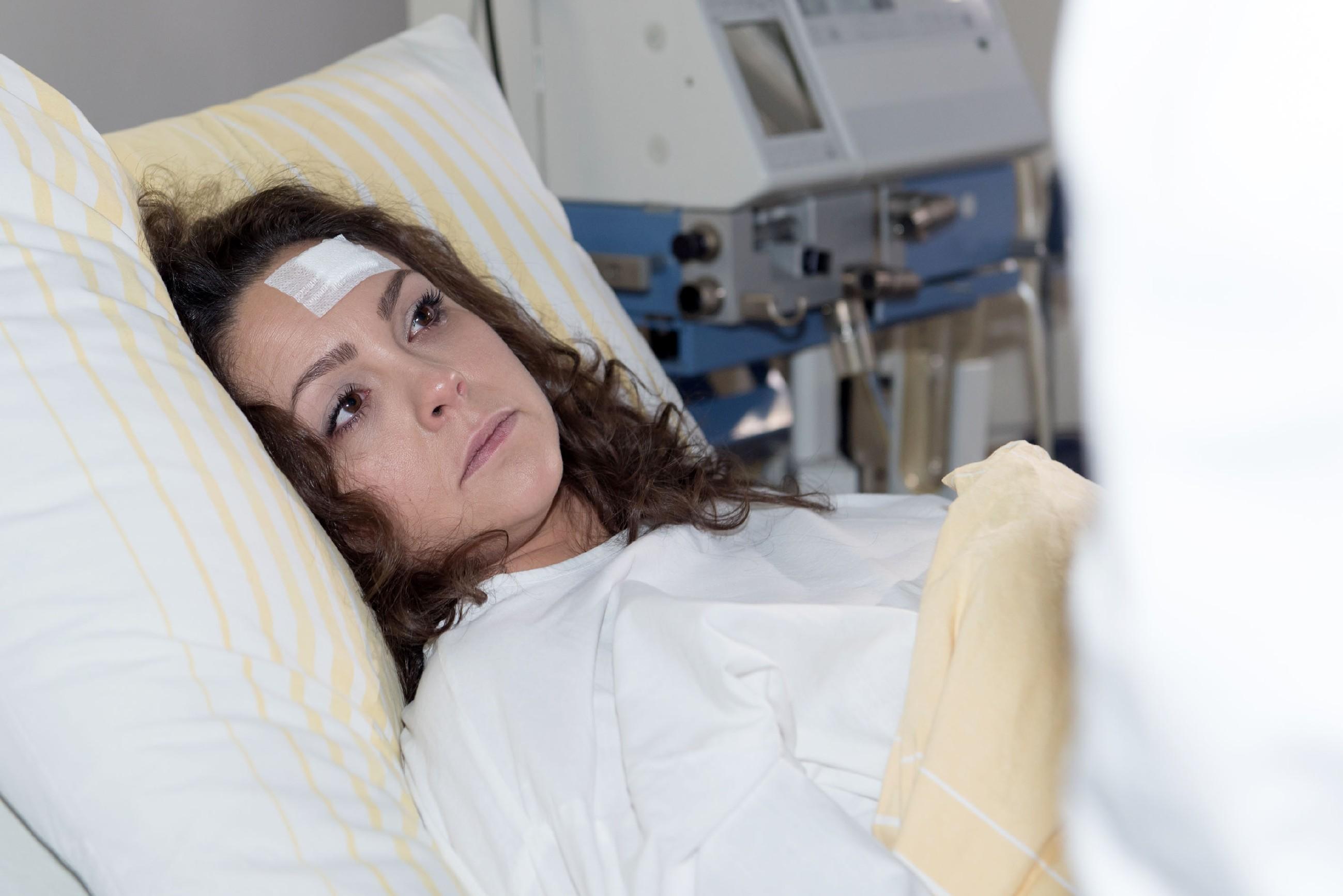 Caro (Ines Kurenbach) erfährt bestürzt, dass sie bei dem Unfall das ungeborene Kind verloren hat... (Quelle: RTL / Stefan Behrens)