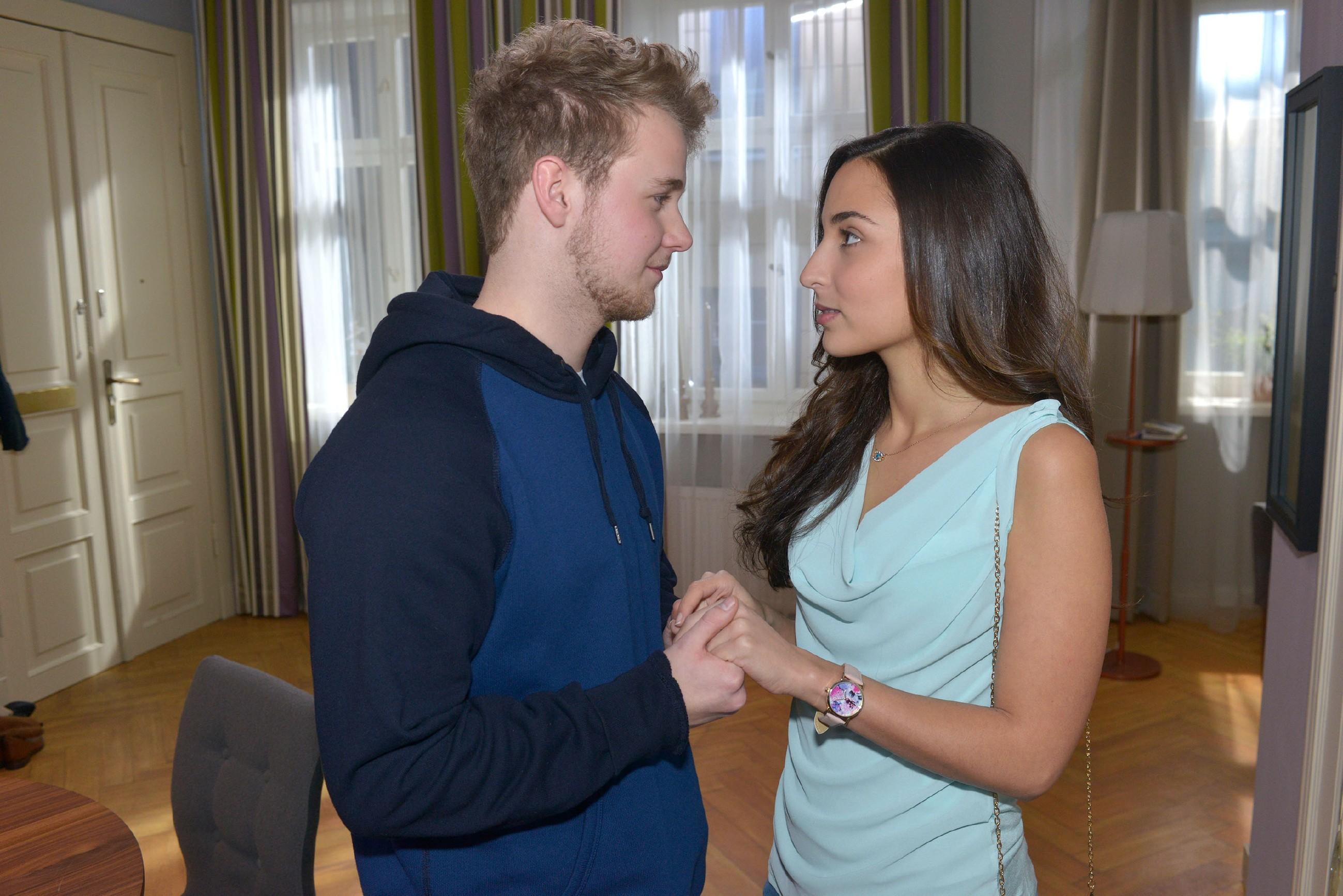 Traumsequenz: Selma (Rona Özkan) stellt sich vor, wie es wäre, Jonas (Felix van Deventer) ihre Gefühle zu gestehen. (Quelle: RTL / Rolf Baumgartner)