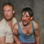 In dem malaysischen Knast kümmert sich Tommy Zürner (Marc Bluhm) um David (Philipp Christopher), der nach seinem Bestechungsversuch brutal verprügelt wurde. (Quelle: RTL / Rolf Baumgartner)