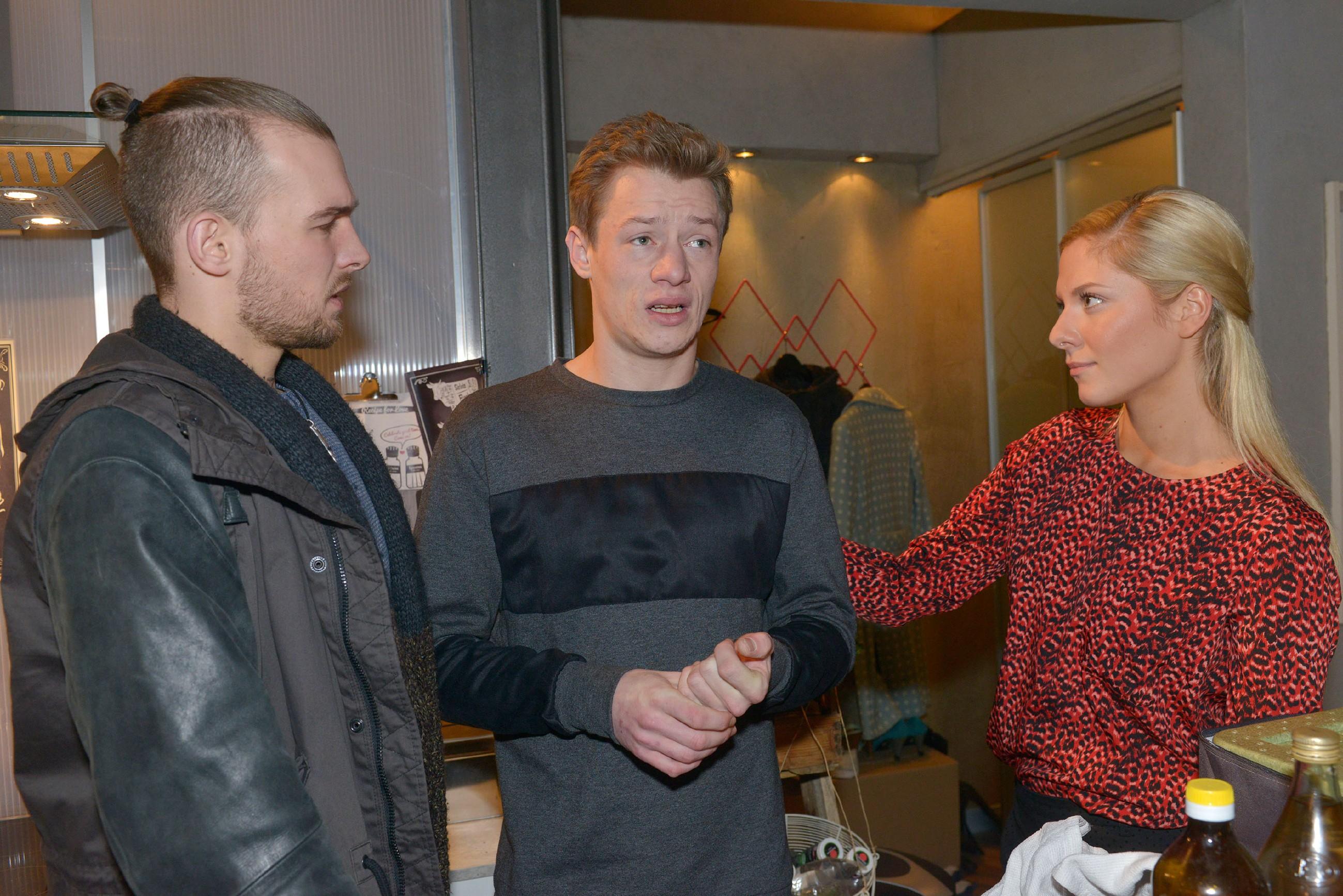 Chris (Eric Stehfest, l.) und Sunny (Valentina Pahde) sprechen dem nervösen Vince (Vincent Krüger) Mut zu, der der sich als Caterer auf einem Event bewähren muss.