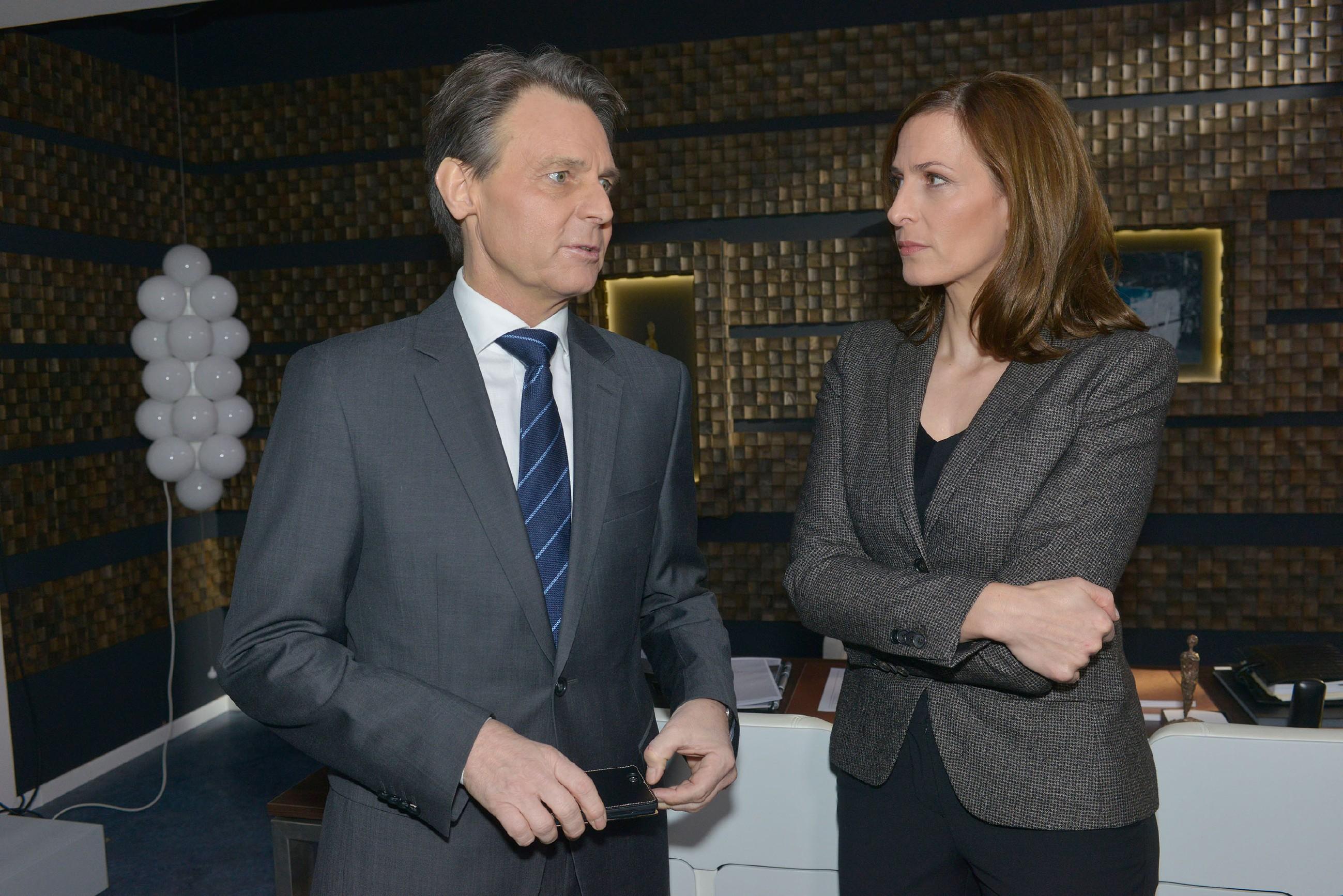 Gerner (Wolfgang Bahro) und Katrin (Ulrike Frank) beraten, wie sie sich im Fall David weiterhin verhalten sollten. (Quelle: RTL / Rolf Baumgartner)
