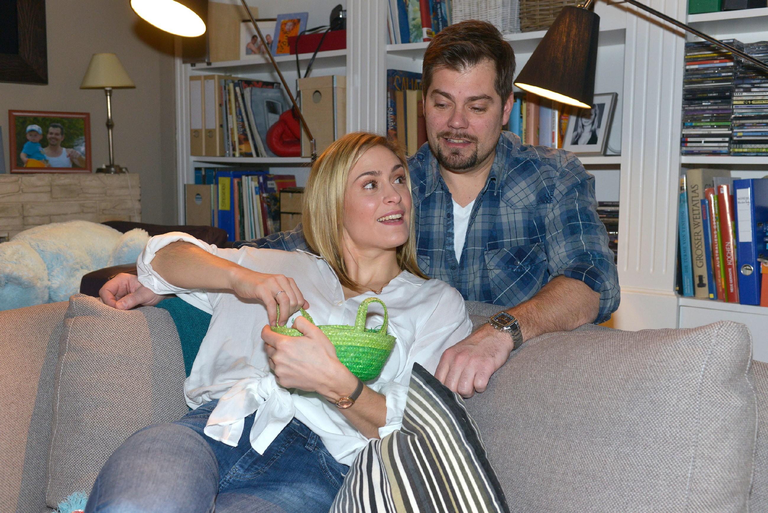Leon (Daniel Fehlow) und Sophie (Lea Marlen Woitack) wollen entspannte Osterfeiertage mit ihrer Familie verbringen. (Quelle: RTL / Rolf Baumgartner)