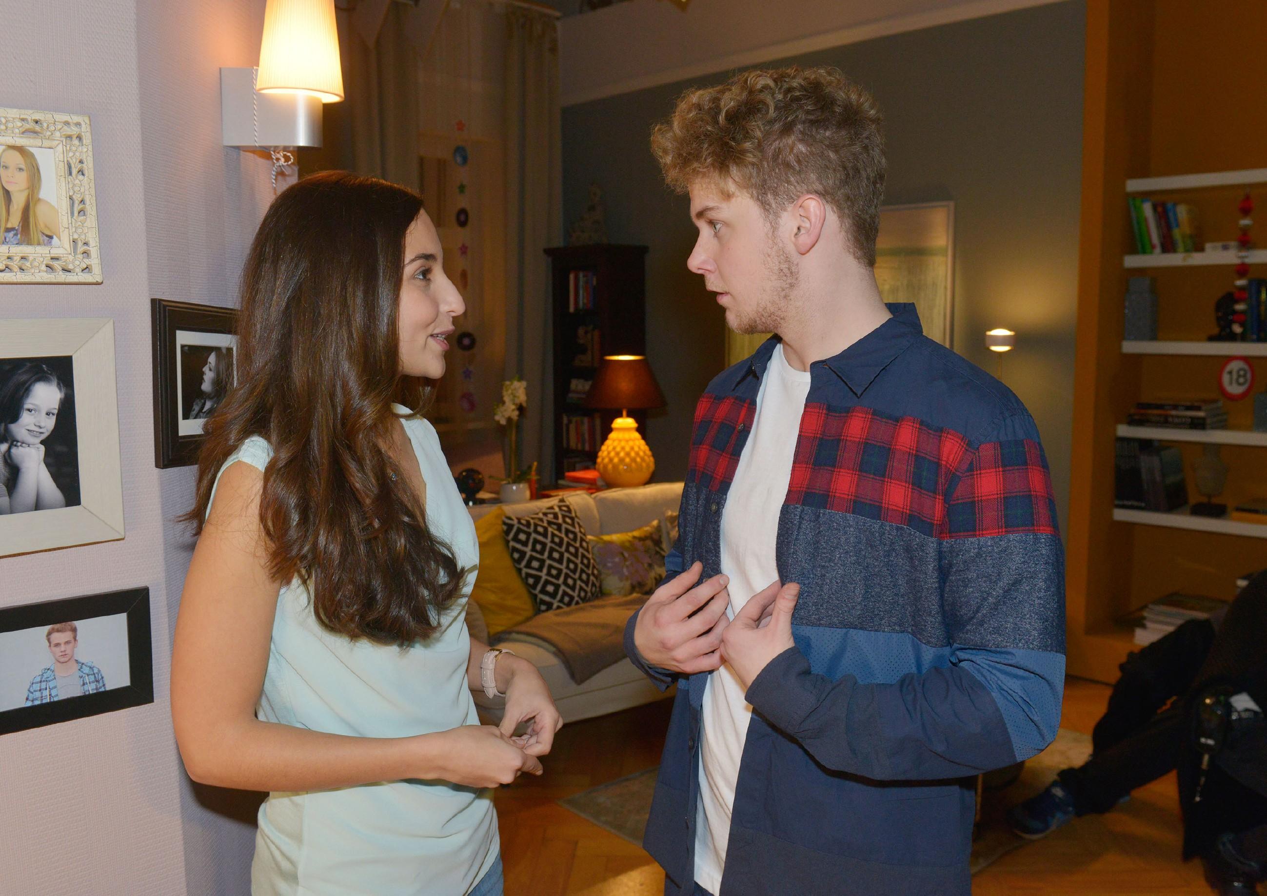 Selma (Rona Özkan) freut sich sehr auf Jonas' (Felix van Deventer) Party und hofft auf eine Gelegenheit für ihr Liebesgeständnis. (Quelle: RTL / Rolf Baumgartner)