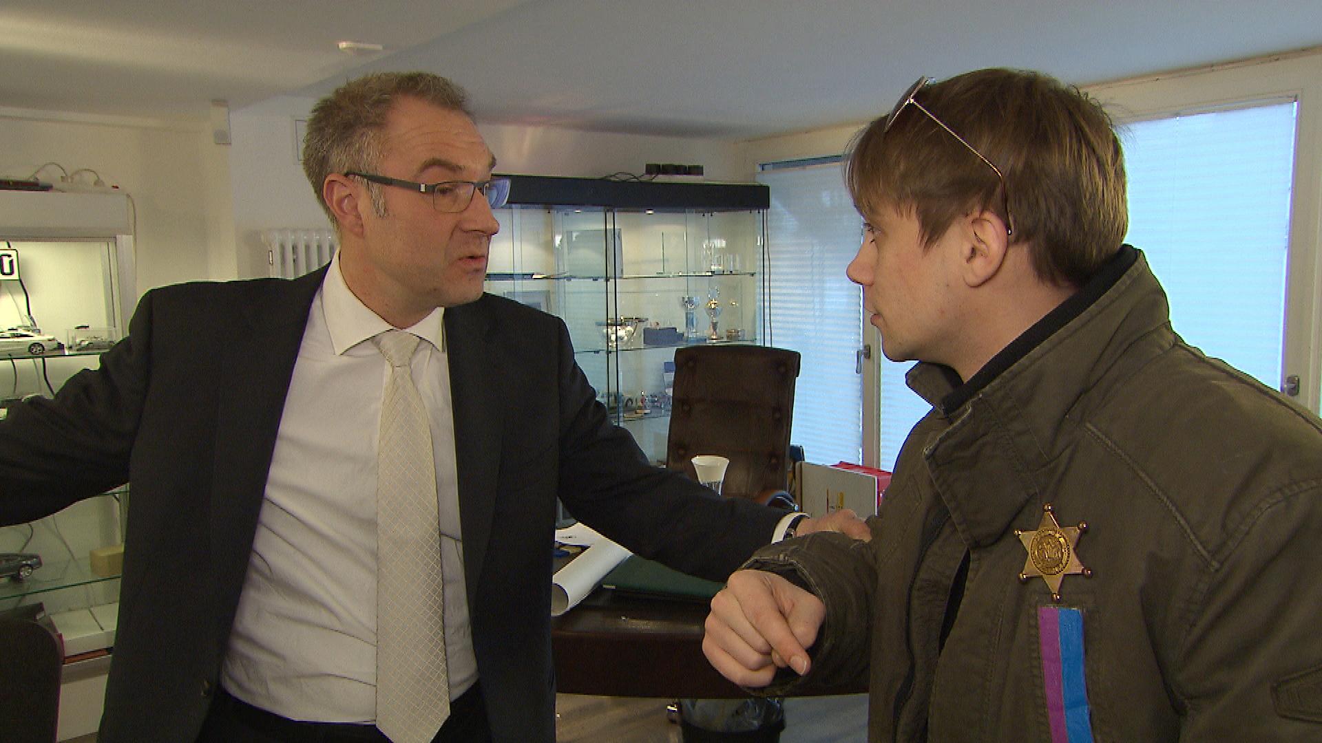 Schmidti überlegt, ob er nicht Makler bleiben will. Hier spricht er mit seinem Chef (Quelle: RTL 2)