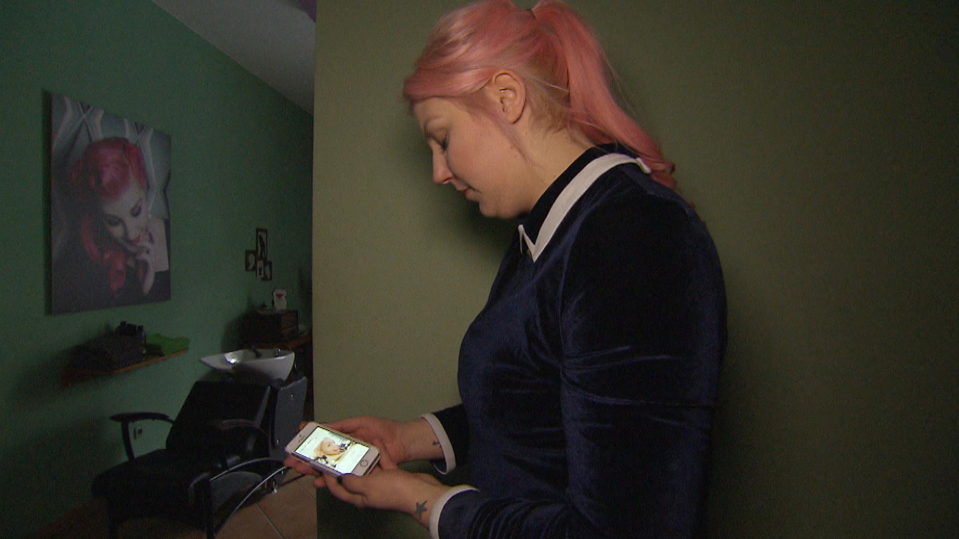 Paula ist verzweifelt und hat keine Ahnung, wie sie die Stromrechnung der Schnitte bezahlen soll. (Quelle: RTL 2)