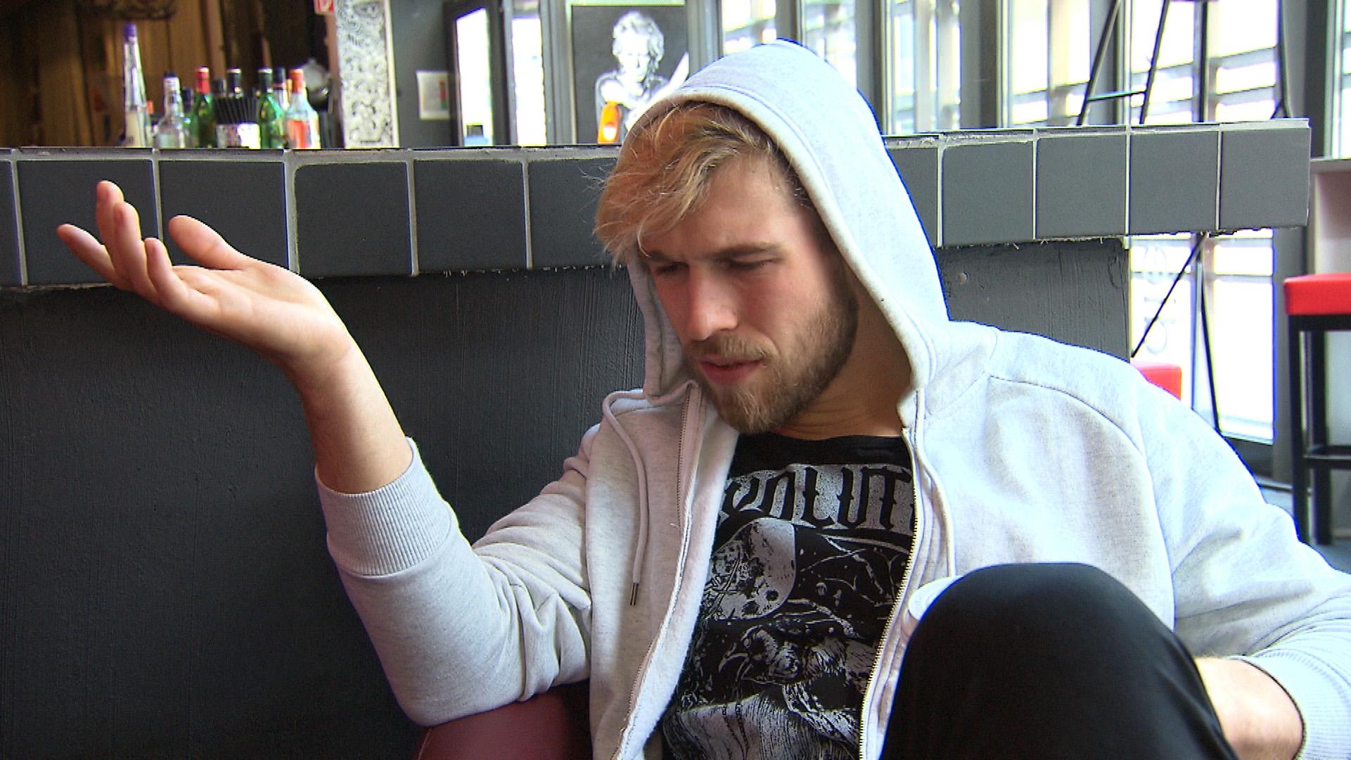 Als Chris erfährt, dass Valentin vorzeitig aus dem Krankenhaus entlassen wurde und sich Anna aufopferungsvoll um ihn kümmert, ist er bedient... (Quelle: RTL 2)