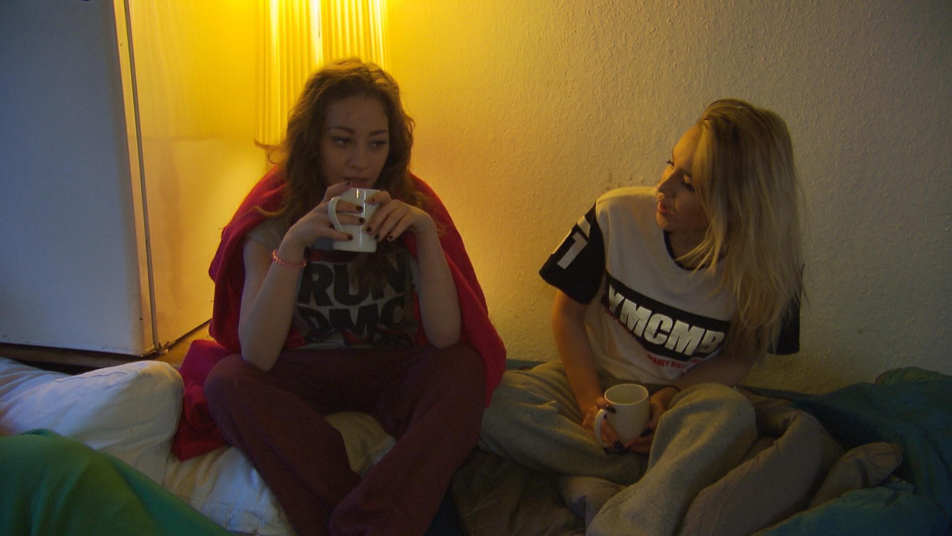 Elli ist nach der Partyknutscherei mit Lina verunsichert. Hat Lina der Kuss womöglich mehr bedeutet, als sie zugibt? (Quelle: RTL 2)