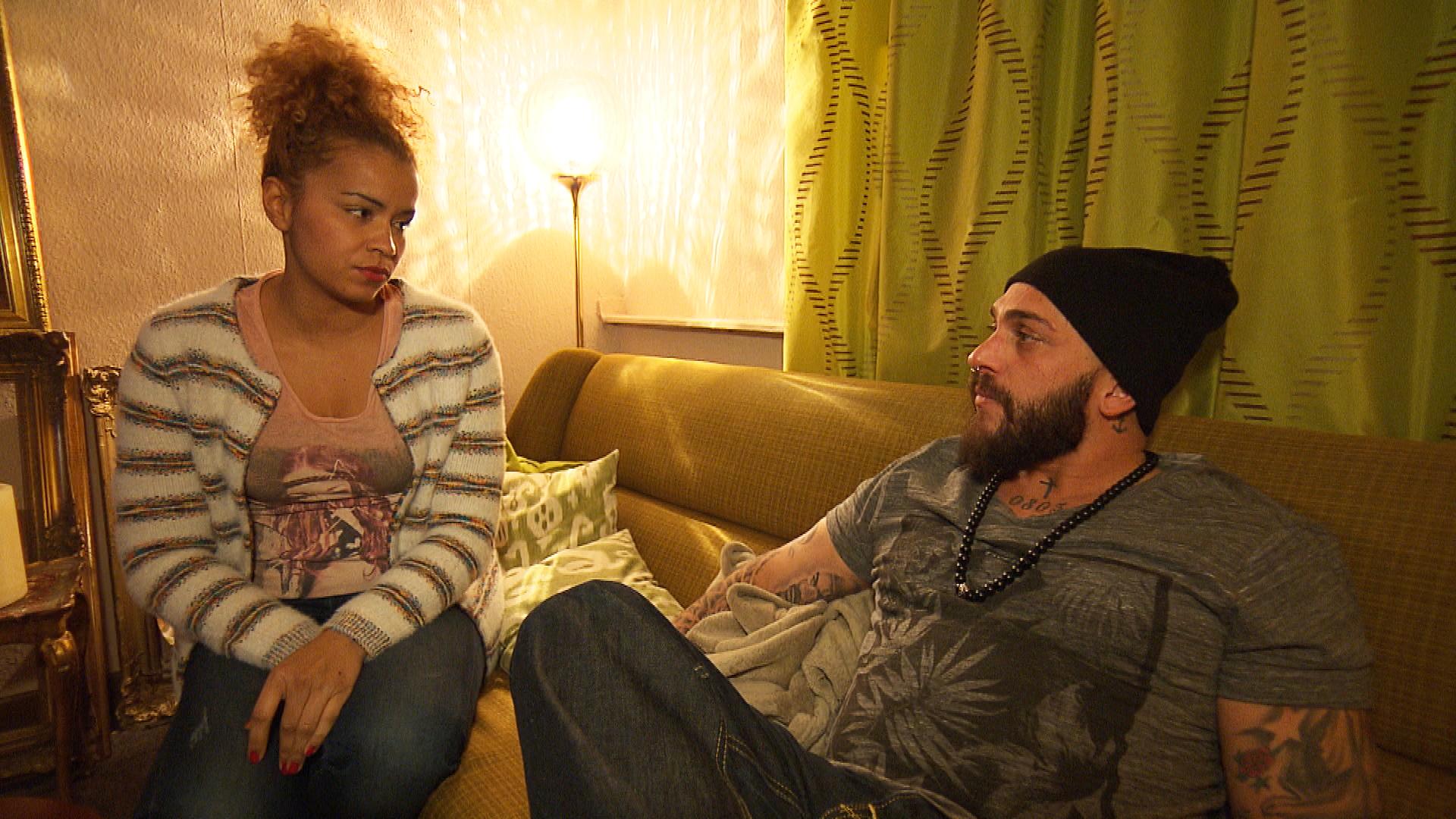 Sam fühlt sich nach Brunos Liebesbekenntnis in dessen Nähe unbehaglich. Als sie einen DJ für die Kunstbar organisiert, vertreibt Bruno diesen rüde. Sam glaubt, dass er aus Eifersucht gehandelt hat und stellt Bruno zur Rede. (Quelle: RTL 2)