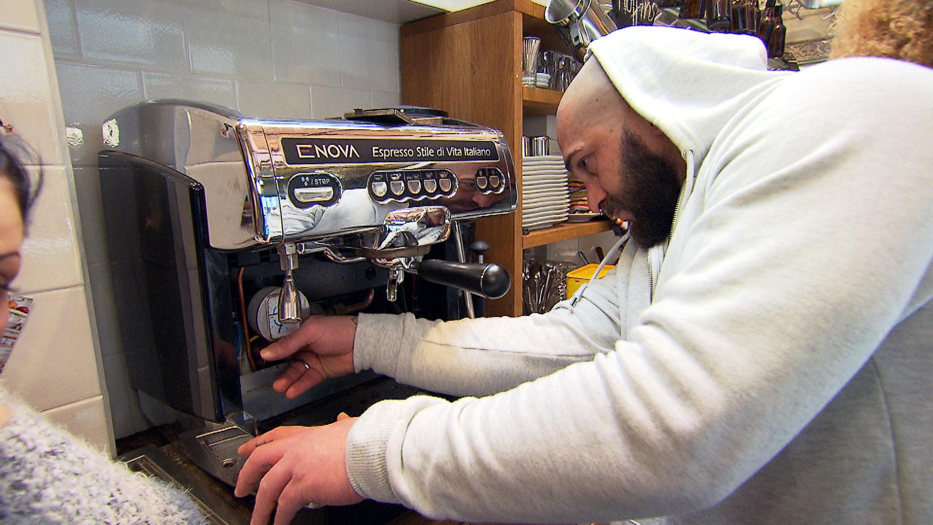Bruno versucht die kaputte Kaffeemaschine zu reparieren... (Quelle: RTL 2)