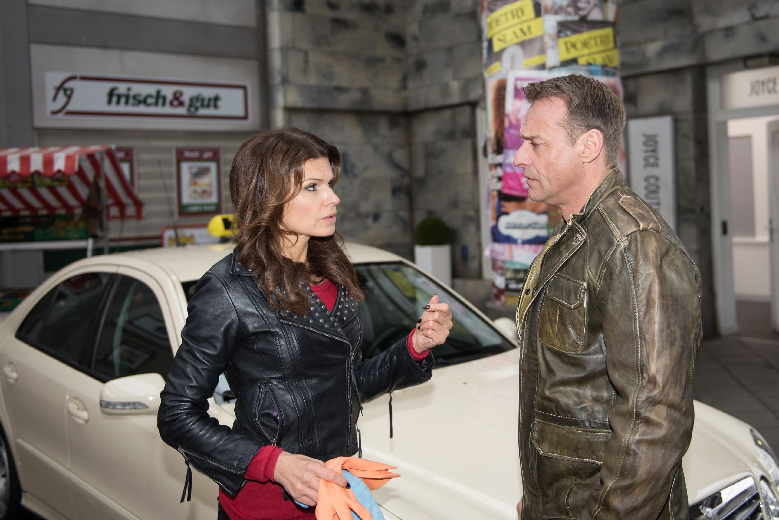 Als Britta (Tabea Heynig) erkennt, dass Rufus (Kai Noll) offenbar selbst nicht ahnt, der Unfallfahrer zu sein, beschließt sie, ihn vor der Polizei schützen. (RTL / Stefan Behrens)