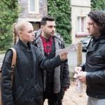 Rolf (Stefan Franz, r.) trifft auf Fiona (Olivia Burkhart) und Easy (Lars Steinhöfel) und erfährt geschockt, dass Fiona ihn aus der Wohnung schmeißen will. (RTL / Stefan Behrens)