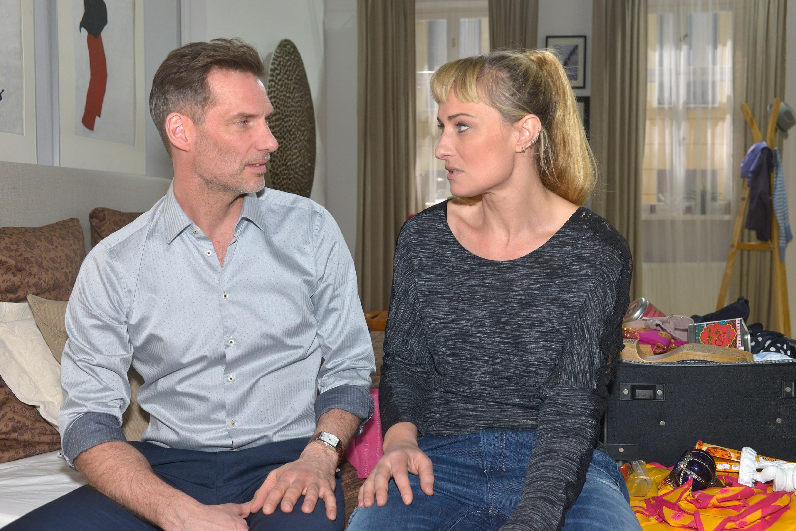 Um Maren (Eva Mona Rodekirchen) nicht aus der Bahn zu werfen, verschweigt Alexander (Clemens Löhr) ihr, dass er die Wahrheit um Frederics Tod weiß. Allerdings fällt es ihm schwer, Maren anzulügen, und es zerreißt ihm das Herz, dass sie ihn notgedrungen auch belügt. (Quelle: RTL / Rolf Baumgartner)