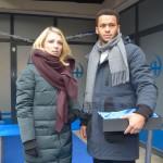 Lilly (Iris Mareike Steen) und Amar (Thando Walbaum) beobachten alarmiert, wie sich Rechtsradikale vor der Sozialstation postieren. (Quelle: RTL / Rolf Baumgartner)