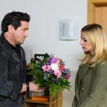 Marian (Sam Eisenstein) heißt Lena (Juliette Greco) und Alexander zuhause willkommen. Ihm fällt ein Stein vom Herzen, dass Lena sich auf eine Versöhnung einlässt. (Quelle: RTL / Willi Weber)
