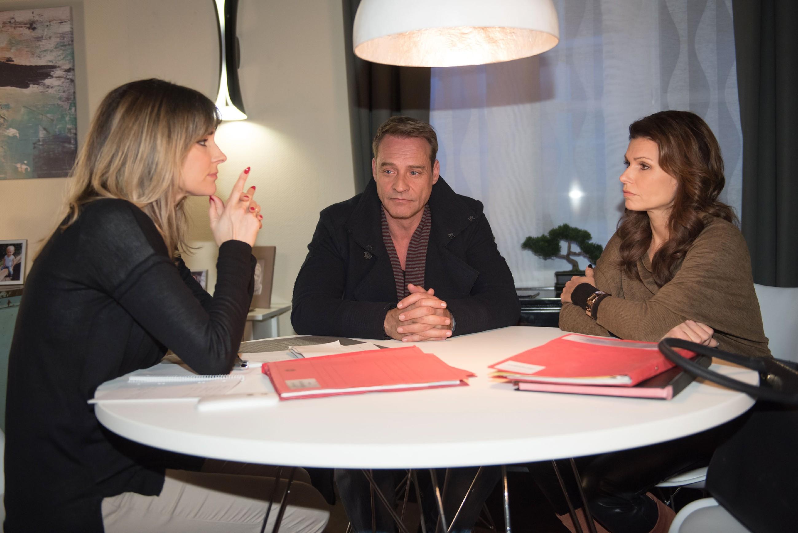 Britta (Tabea Heynig, r.) und Rufus (Kai Noll) erfahren von Eva (Claudelle Deckert) geschockt, dass Rufus eine längere Haftstrafe droht. (Quelle: RTL / Stefan Behrens)