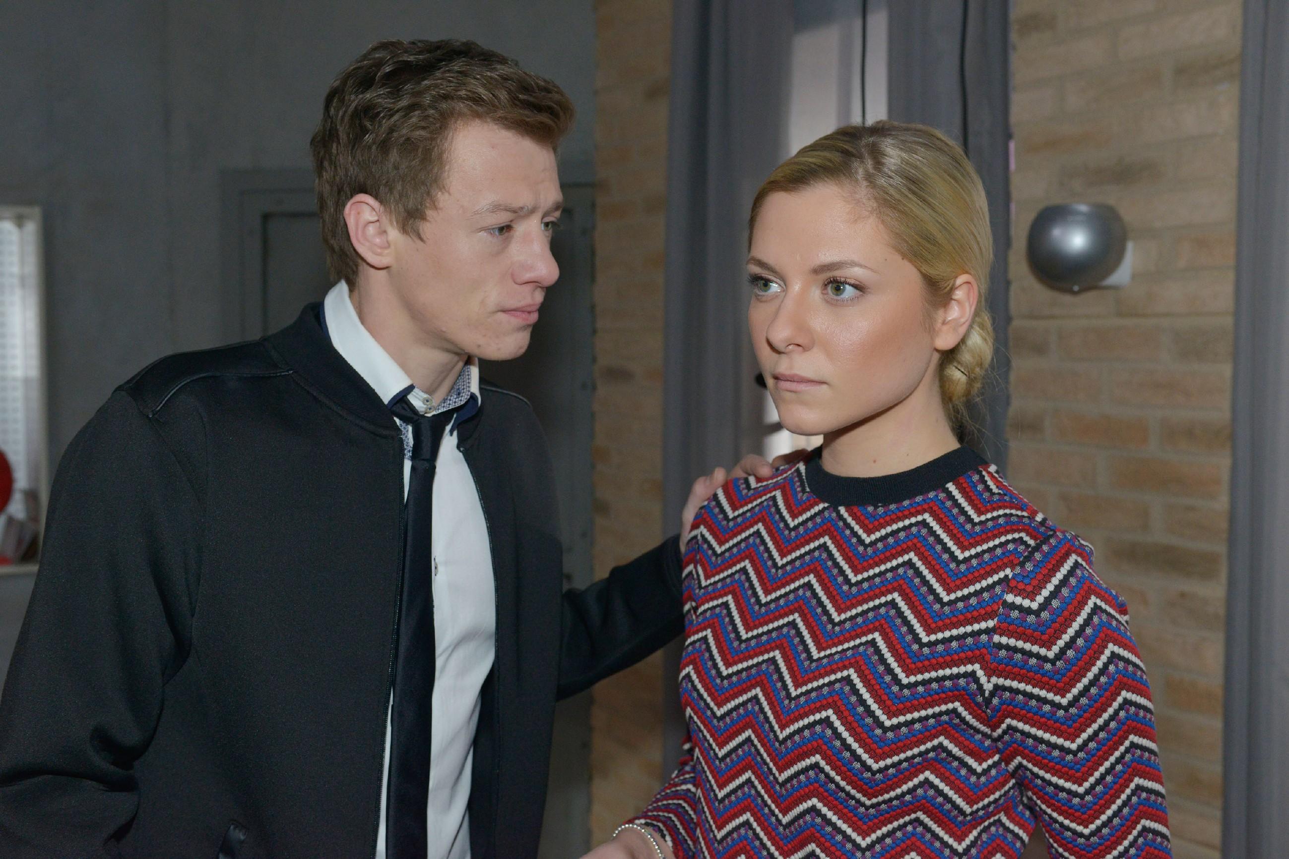 Vince (Vincent Krüger) erklärt Sunny (Valentina Pahde), dass er seine schwierige Vergangenheit nicht für PR-Zwecke nutzen möchte.