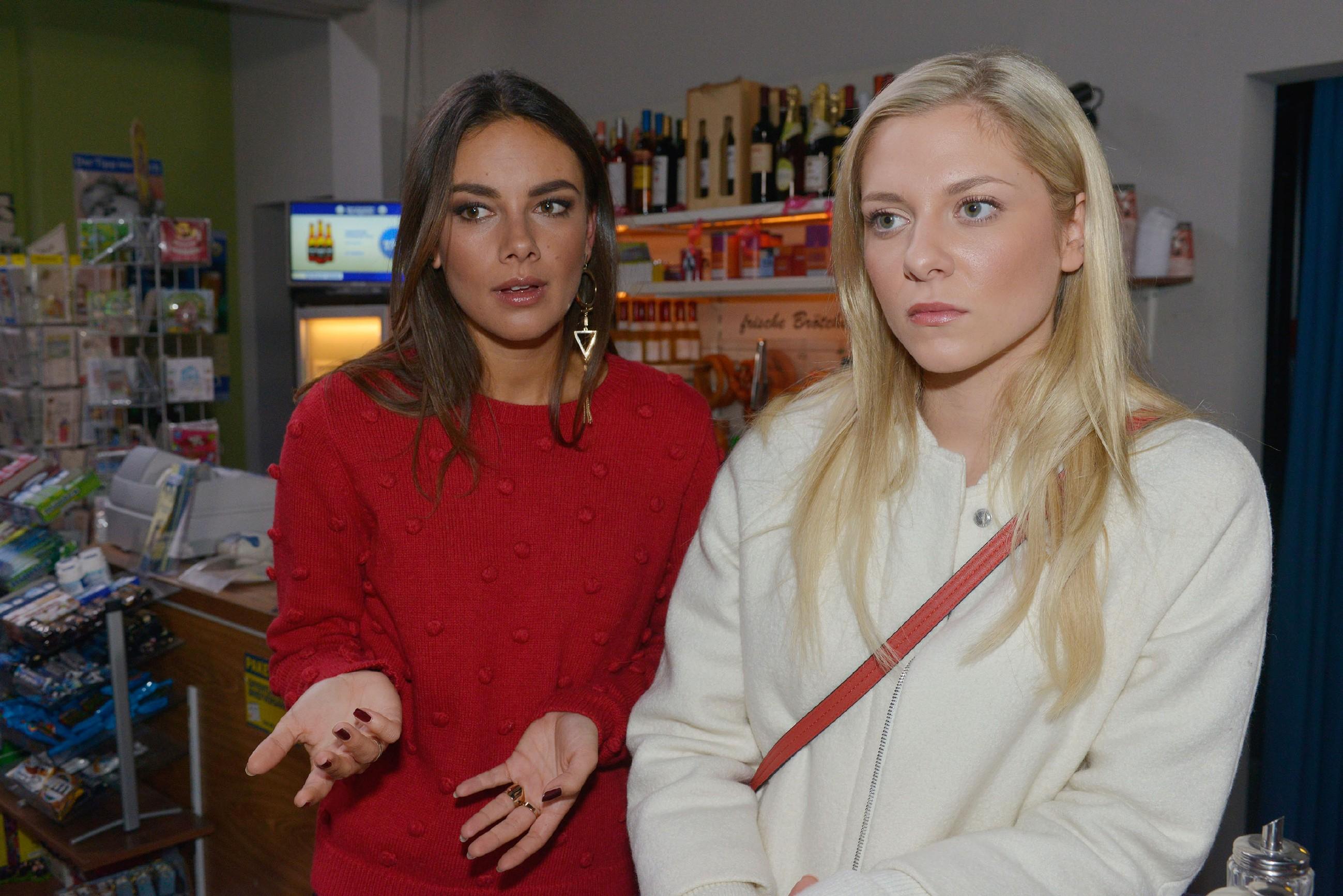 Sunny (Valentina Pahde, r.) braucht die Hilfe von Jasmin (Janina Uhse) um ihre verfängliche Mailboxnachricht auf Katrins Handy zu löschen.