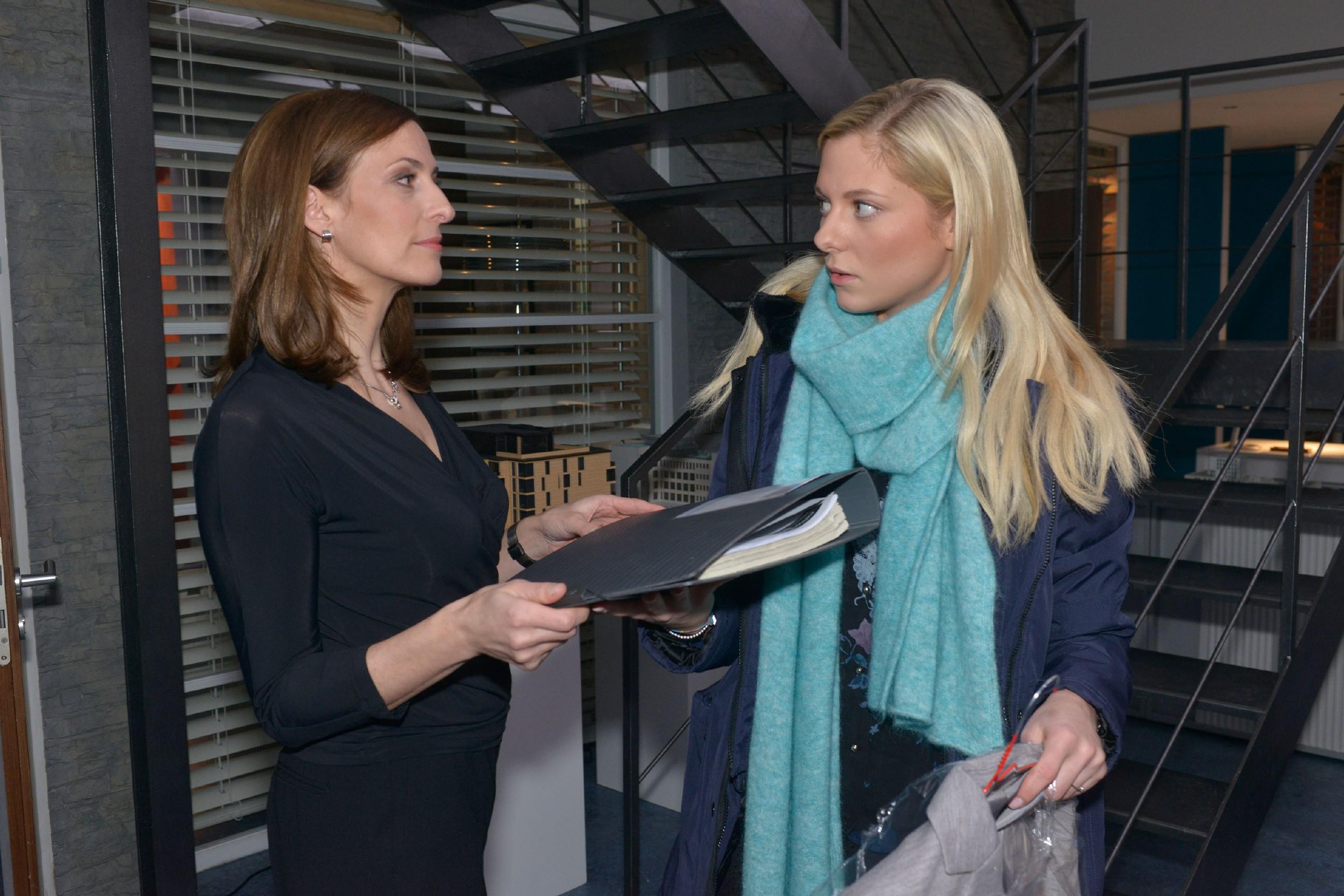 Sunny (Valentina Pahde, r.) ist genervt, weil sie von Katrin (Ulrike Frank) nur Hiwi-Aufgaben zugeteilt bekommt. (Quelle: RTL / Rolf Baumgartner)