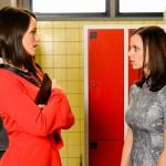 Jenny (Kaja Schmidt-Tychsen, l.) redet sich und Michelle (Franziska Benz) ein, dass Marie nicht mutig genug ist, um bei der Deutschen Meisterschaft zu starten. (Quelle: RTL / Willi Weber)