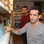 Auch Mesut (Mustafa Alin, hinten) bleiben Tayfuns (Tayfun Baydar) Unsicherheiten nicht verborgen. Wie lange hält Tayfun das Versteckspiel noch durch? (Quelle: RTL / Rolf Baumgartner)