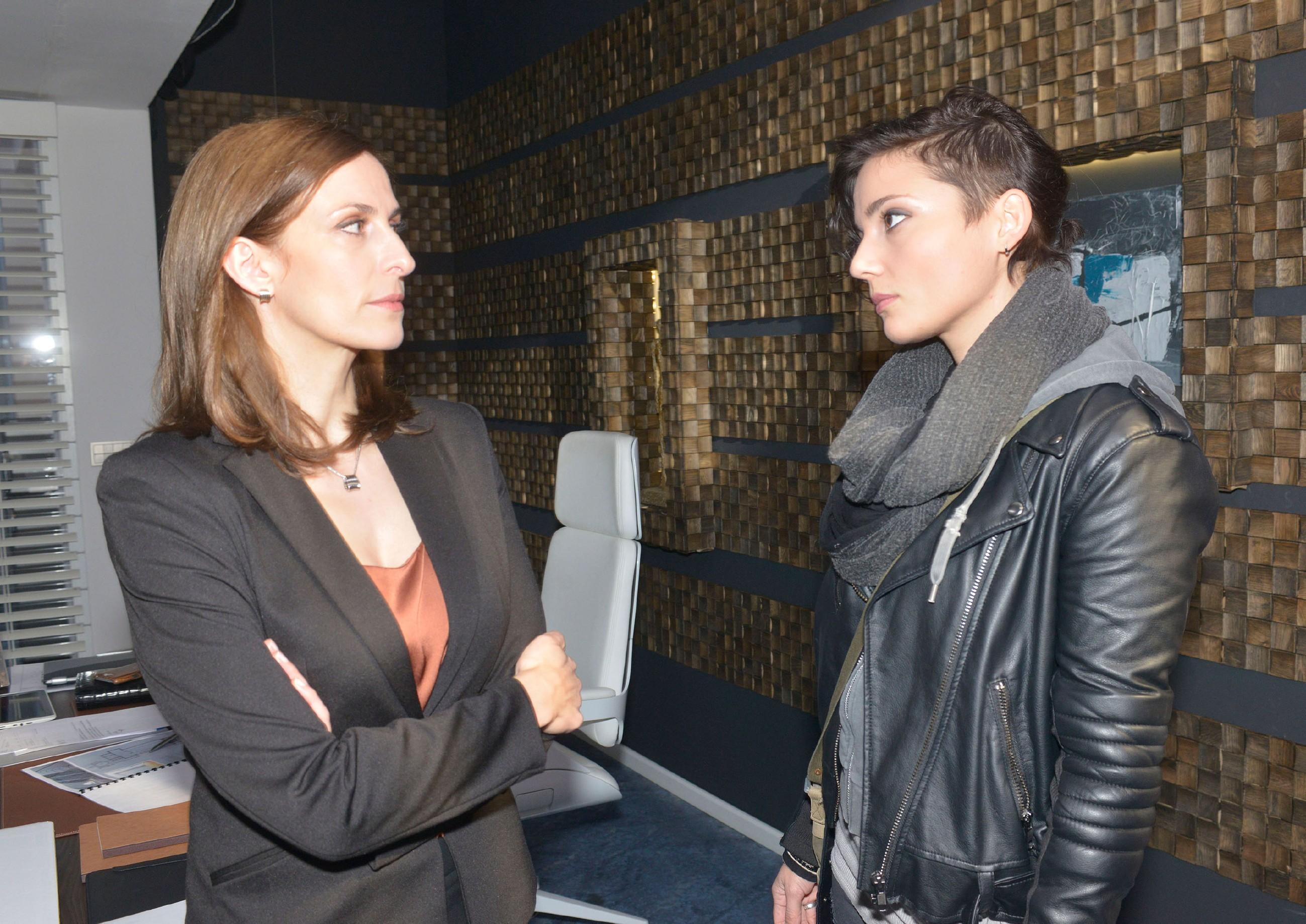 Anni (Linda Marlen Runge, r.) begreift, wie weit Katrin (Ulrike Frank) gegangen ist, um ihre Schuld am Tod von Frederic zu vertuschen und ist geschockt von so viel Skrupellosigkeit... (Quelle: RTL / Rolf Baumgartner)