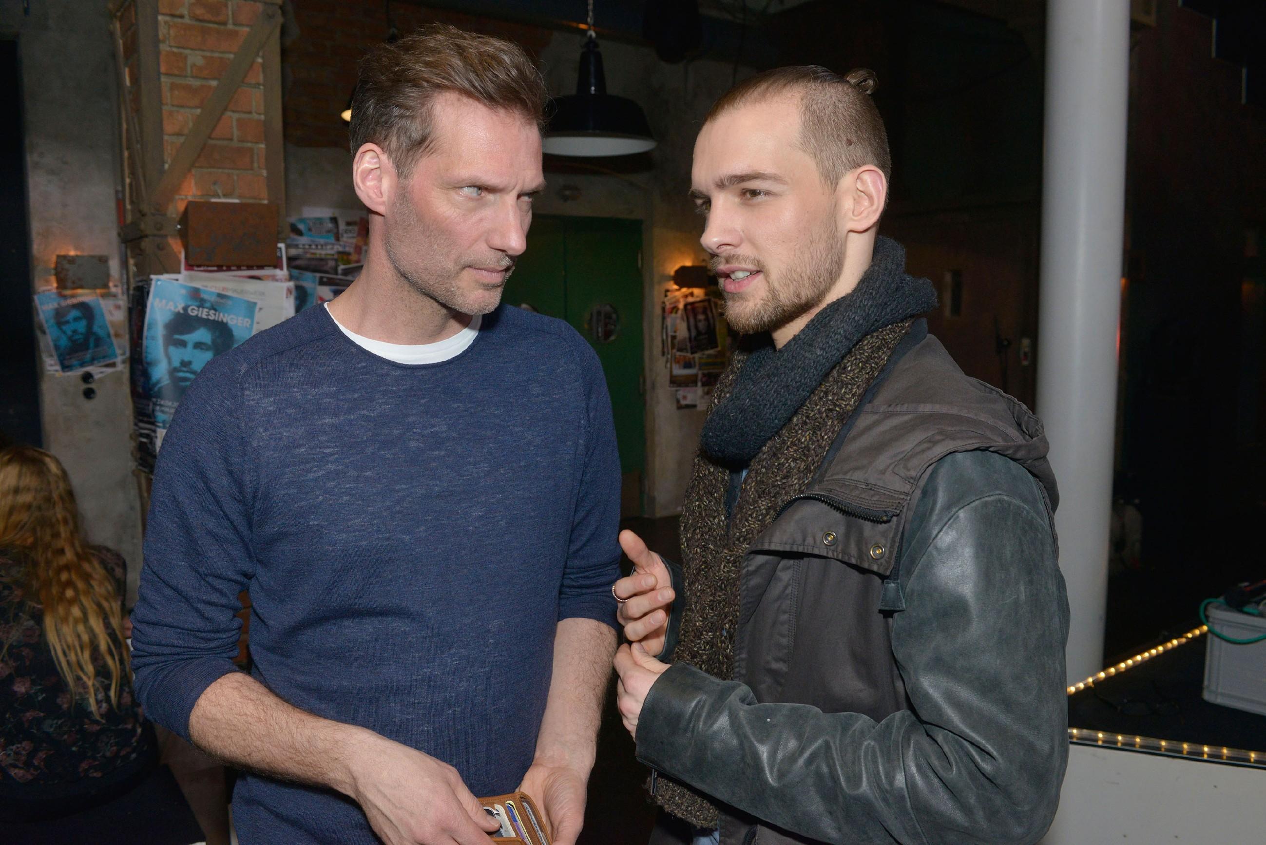 Alexander (Clemens Löhr, l.) und Chris (Eric Stehfest) versuchen sich das merkwürdige Verhalten von Katrin und Gerner zu erklären. (Quelle: RTL / Rolf Baumgartner)