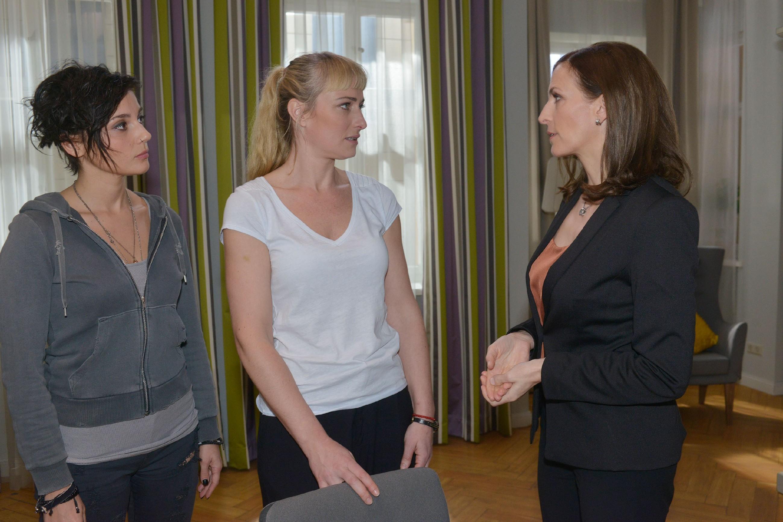 Anni (Linda Marlen Runge, l.) und Maren (Eva Mona Rodekirchen, M.) fordern, dass Katrin (Ulrike Frank) ihre Intrige um David beendet. Im Streit merken die drei zu spät, dass sie einen unliebsamen Zuhörer haben... (Quelle: RTL / Rolf Baumgartner)