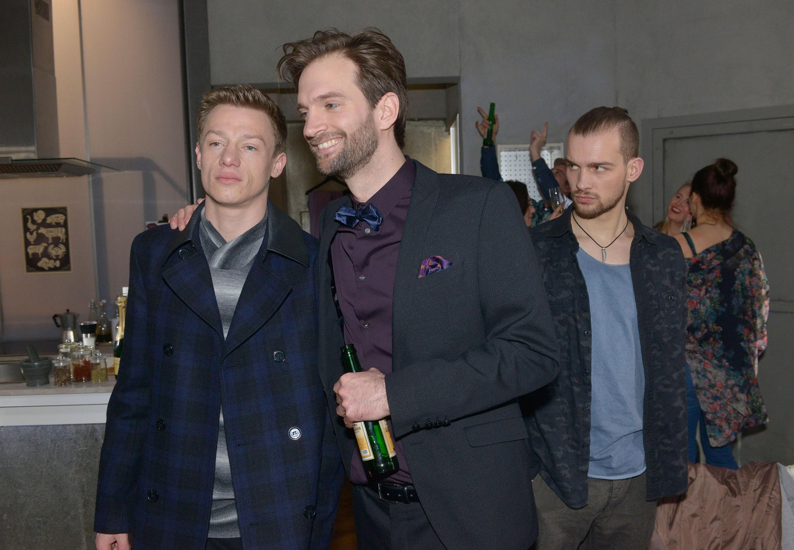 Chris (Eric Stehfest) muss befremdet erkennen, dass sich Vince (Vincent Krüger, l.) unter dem Einfluss von Julius (Benjamin Bieber) zunehmend verändert.