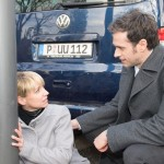 Es ist Ute (Isabell Hertel) äußerst peinlich, dass ihr ausgerechnet Ricarda Schätzkes Verlobter Laurenz von Wintershofen (Claus Biechele) nach ihrem dummen Unfall hilft. (Quelle: RTL / Stefan Behrens)