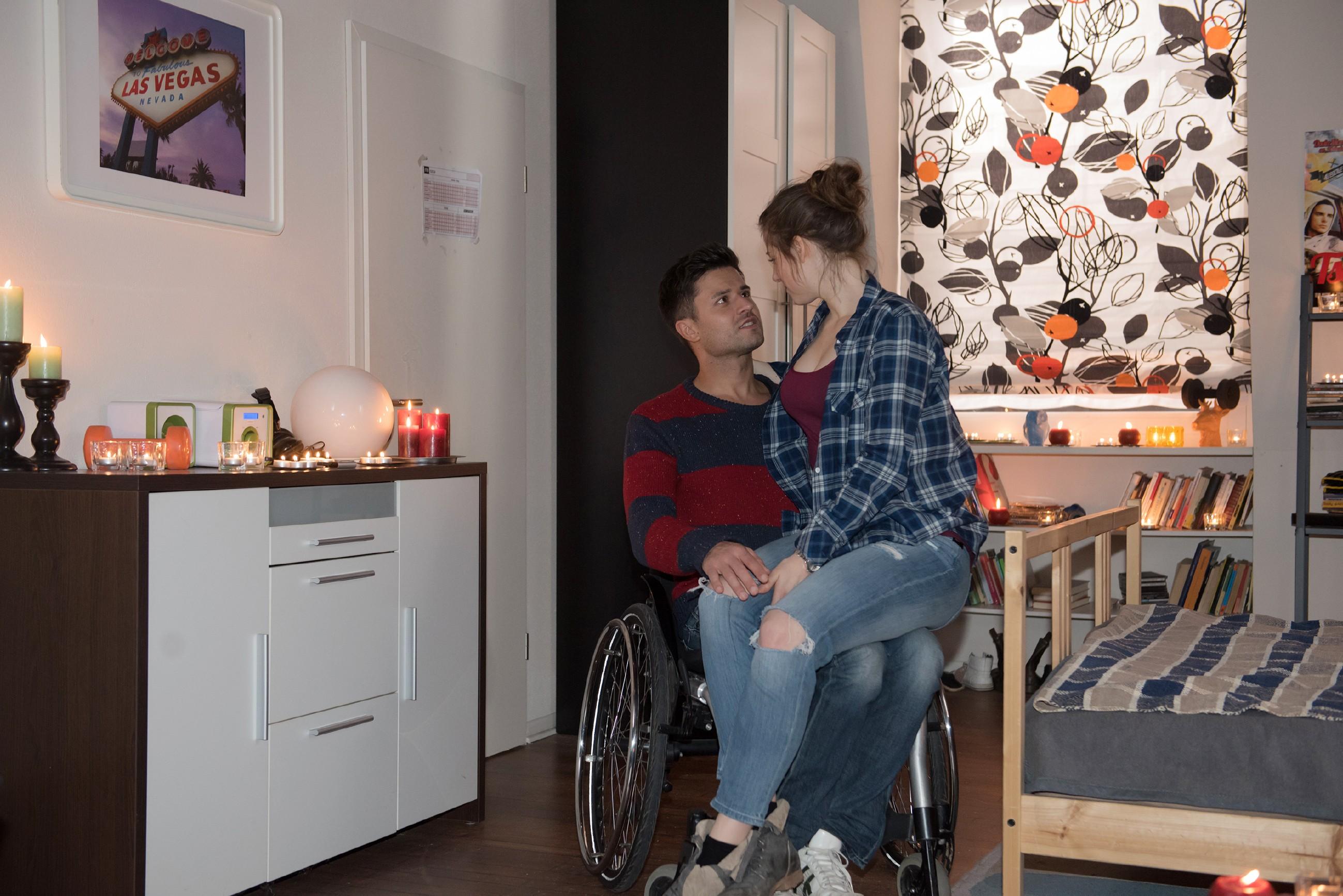 Elli (Nora Koppen) ist von Pacos (Milos Vukovic) romantischer Überraschung gerührt. (Quelle: Foto: RTL / Stefan Behrens)