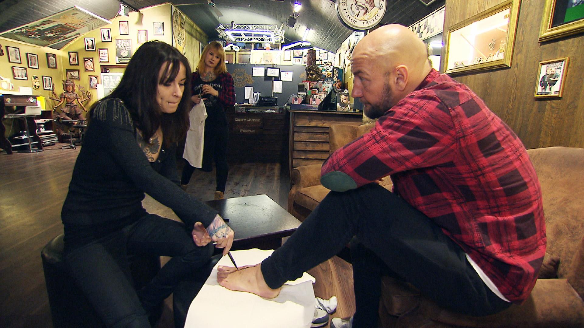 Caro (li.) und Krause im Tattoo-Studio (Quelle: RTL 2)