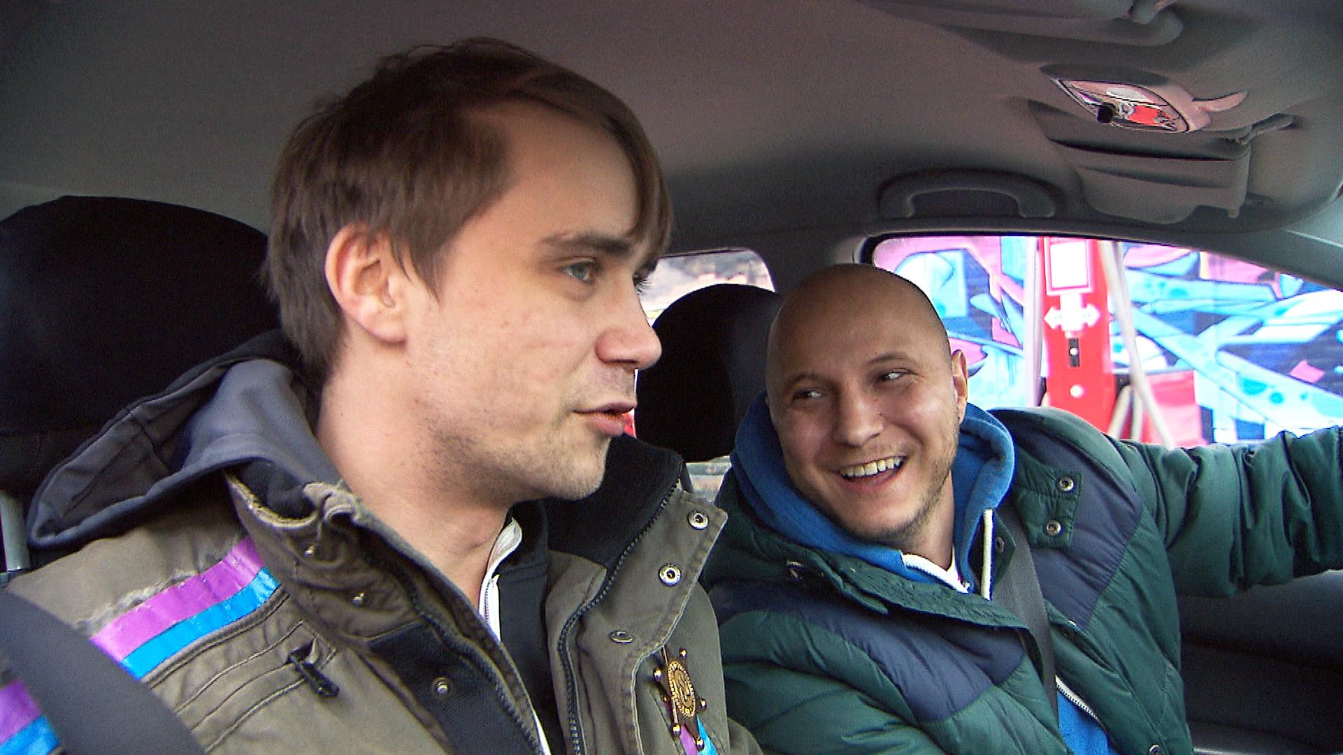 Krätze (re.) und Schmidti (li.) beschließen, den ersten April gebührend zu feiern... (Quelle: RTL 2)
