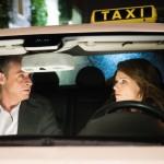 Britta (Tabea Heynig) überrascht Rufus (Kai Noll) mit dem Geständnis, dass sie gar keinen Führerschein hat. (Quelle: RTL / Stefan Behrens)