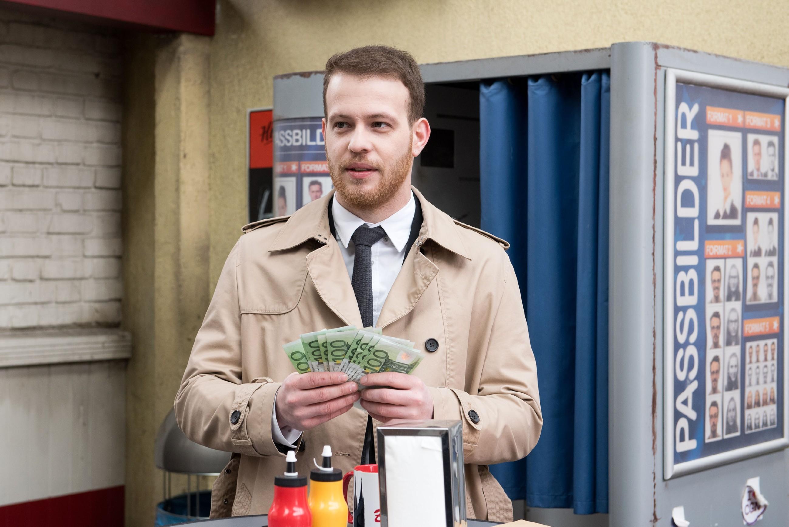 Tobias (Patrick Müller) verwirft angesichts einer großzügigen Bonuszahlung alle Bedenken gegen seinen Mandanten. (Quelle: RTL / Stefan Behrens)
