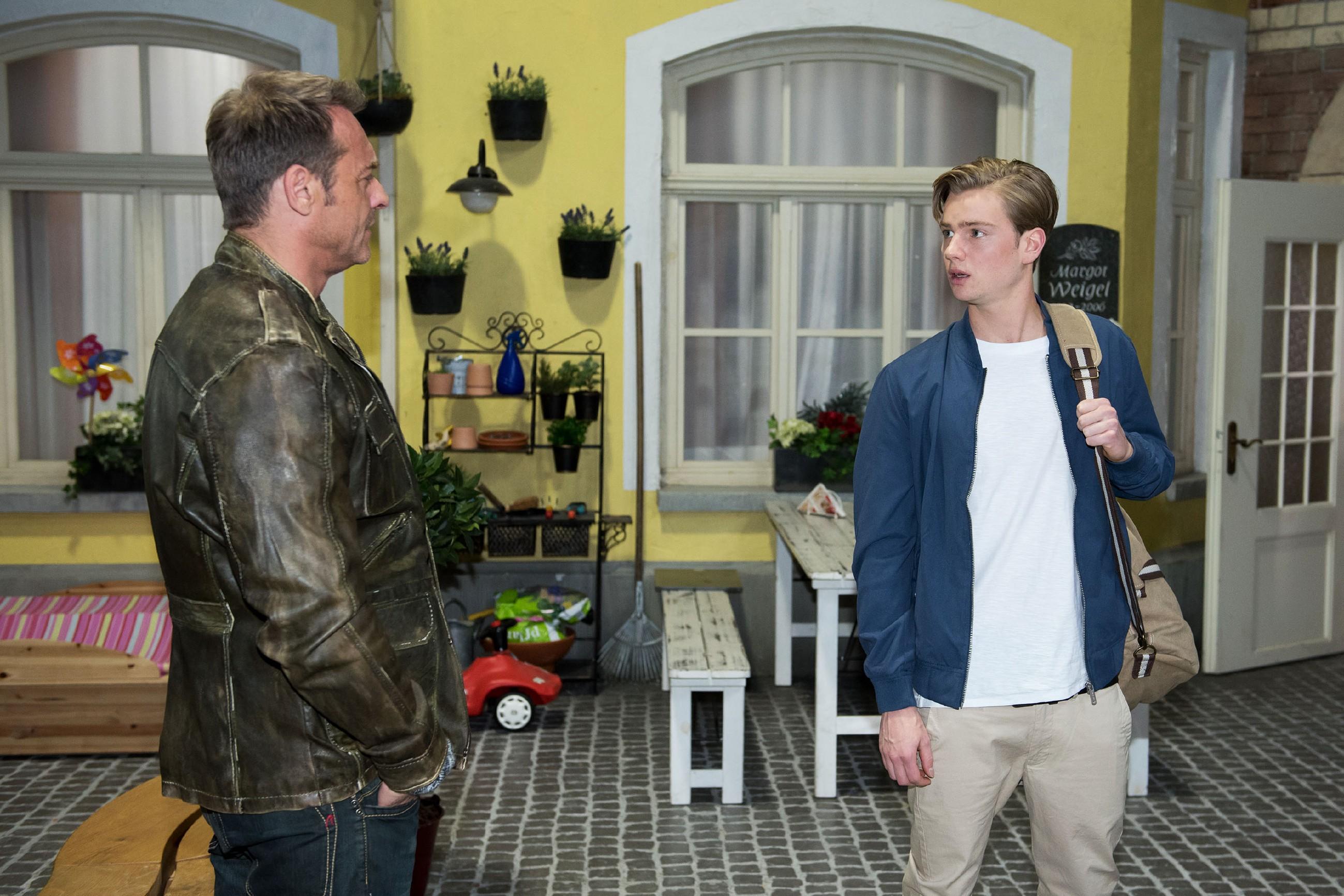 Rufus (Kai Noll, l.) wird skeptisch auf einen fremden jungen Mann (Aaron Koszuta) in der Schillerallee aufmerksam. (Quelle: RTL / Stefan Behrens)