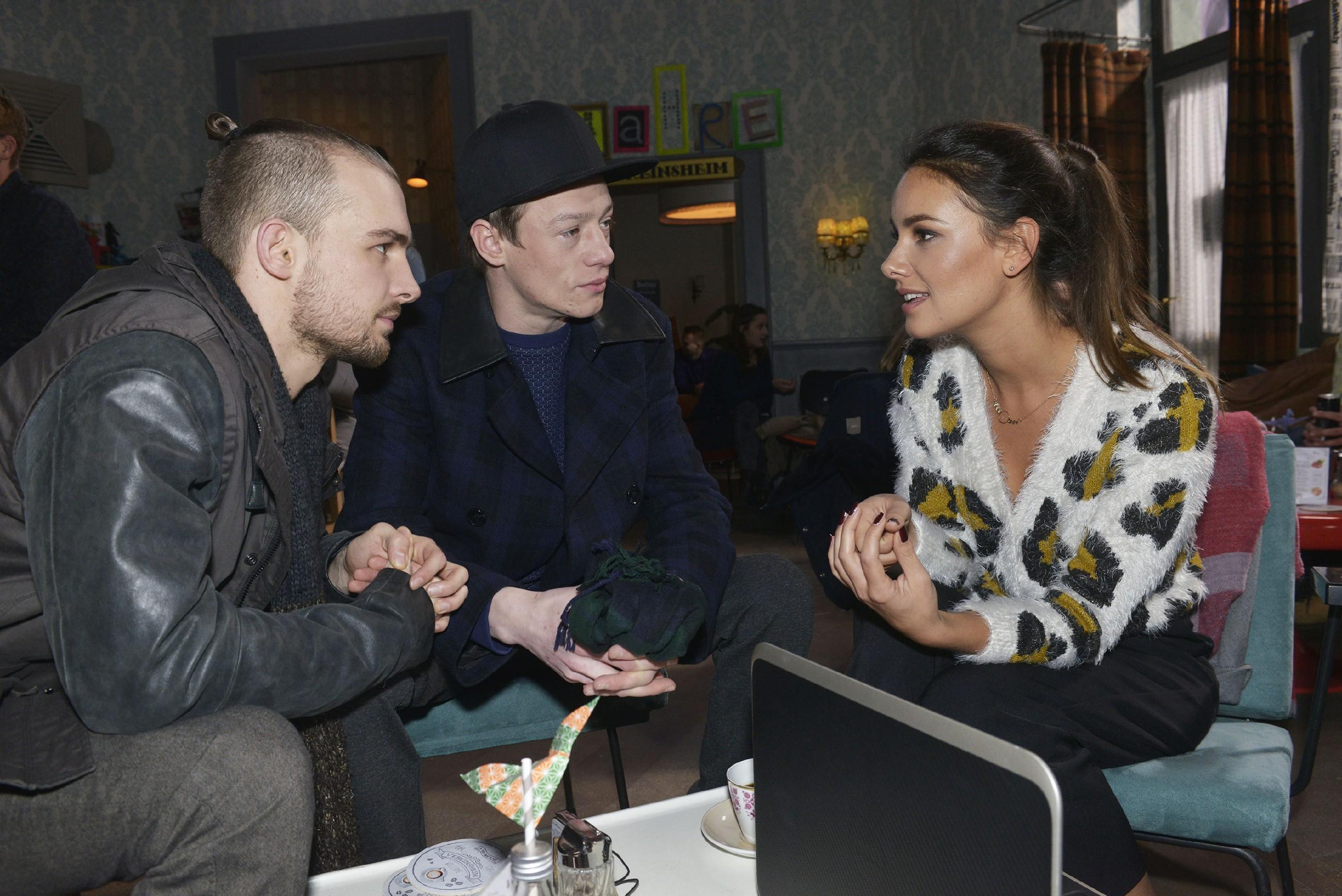 Jasmin (Janina Uhse) ist dankbar, dass Chris (Eric Stehfest, l.) und Vince (Vincent Krüger) ihr bei dem Tussi Attack-Event helfen wollen.