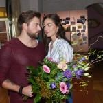 John (Felix von Jascheroff) will sich für seinen Fauxpas bei Elenas (Elena Garcia Gerlach) Tante Maria entschuldigen. (Quelle: RTL / Rolf Baumgartner)